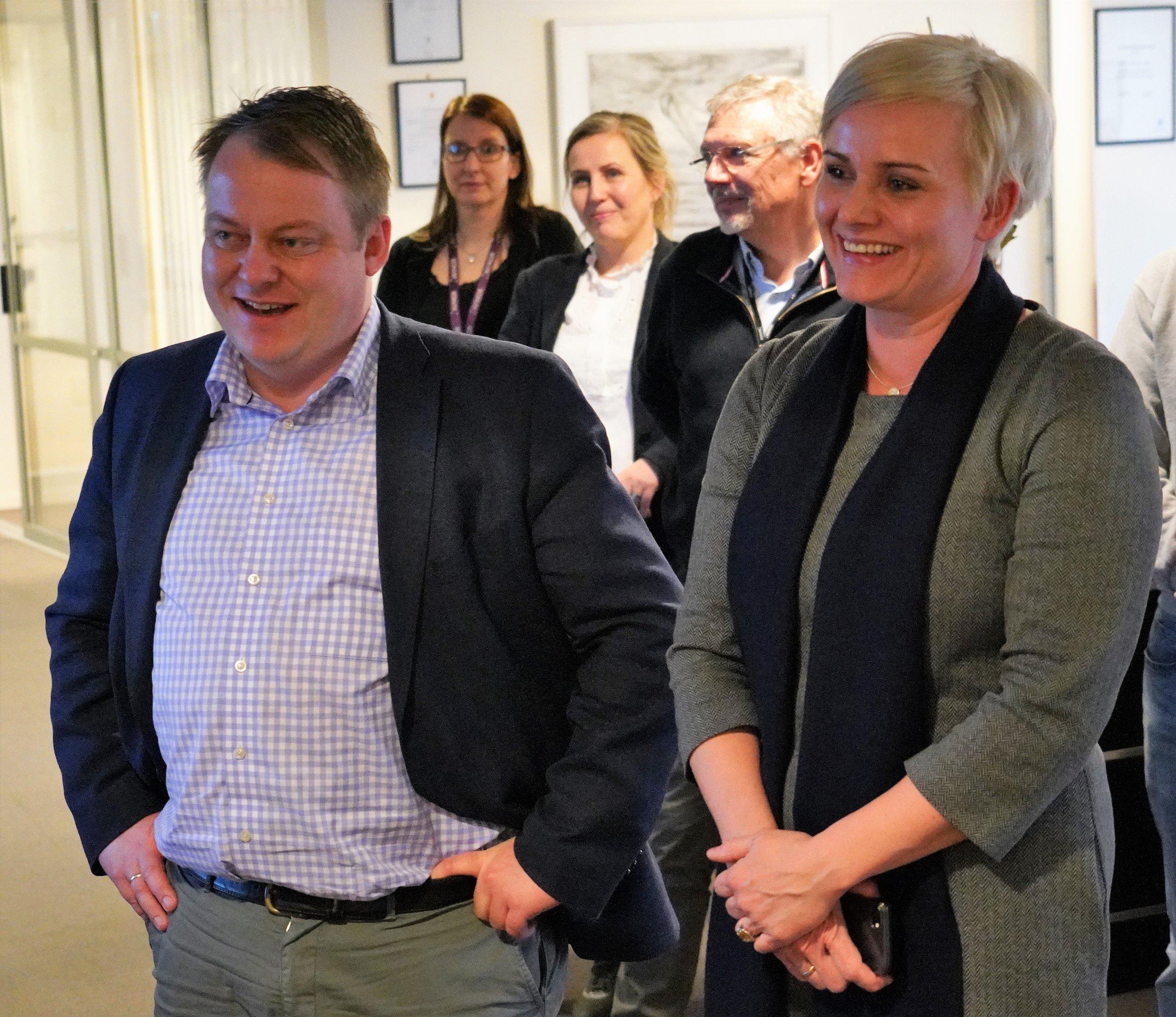 Bildet: Erlend Wiborg (FrP) og Margret Hagerup (FrP) i samtale med Nikolai.