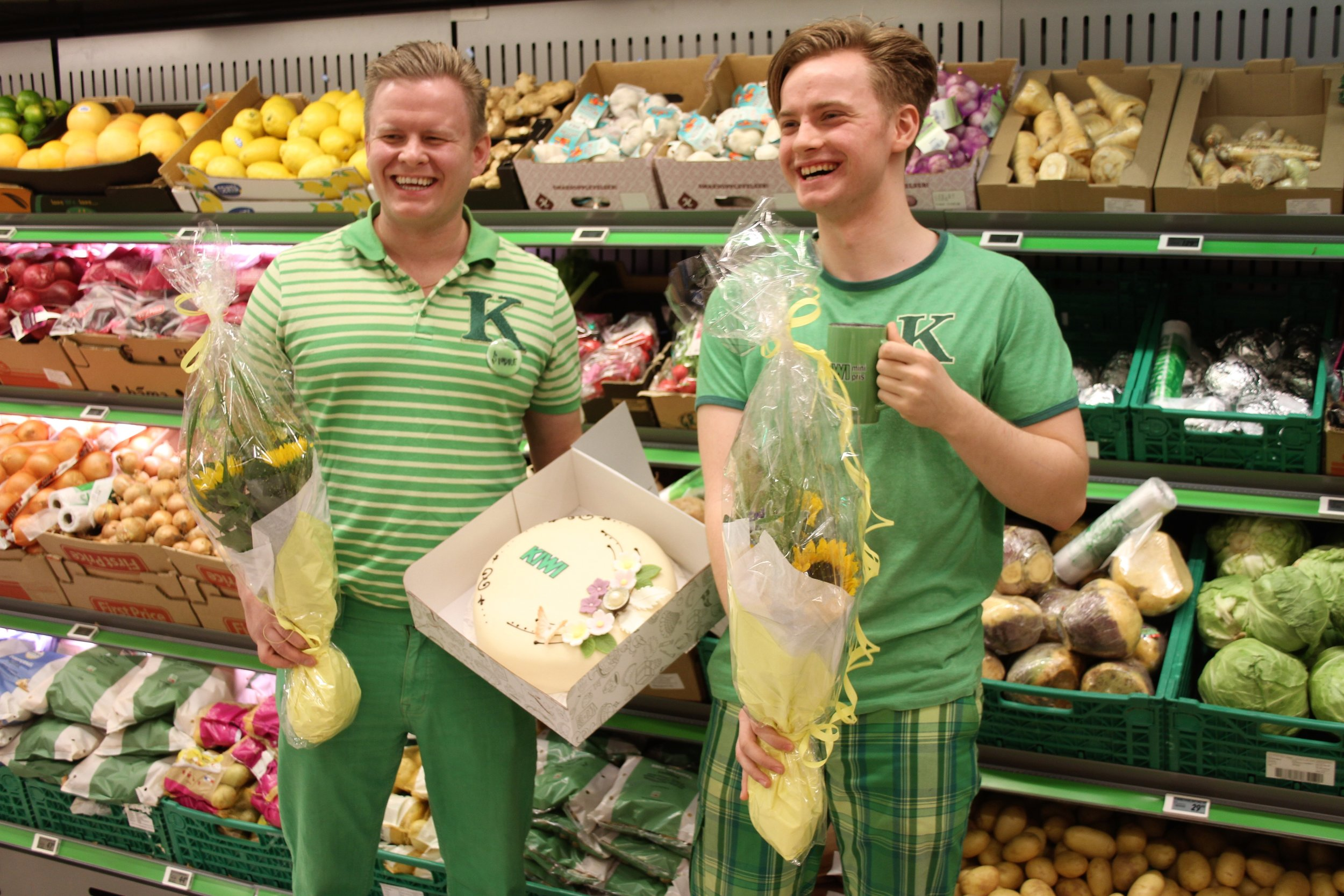 Fra venstre: butikksjef Sindre Holen Otterstad og Kim, nytilsatt på KIWI gjennom HELT MED