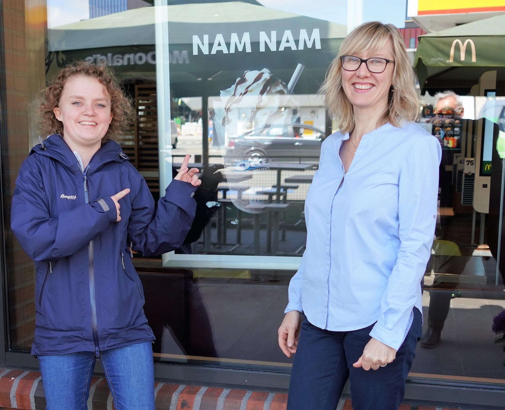 Stine sammen med jobbspesialist Alma Irene Valle Alfheim fra Nordnes verksteder, som følger opp mange av dem som har fått jobb gjennom HELT MED-ordningen i Bergen.
