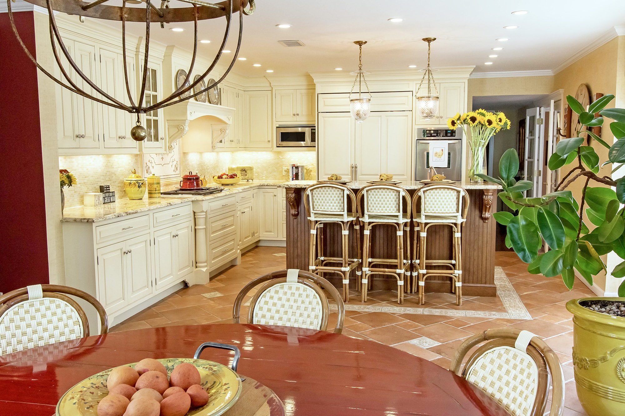 Traditional style kitchen with kitchen island and breakfast table