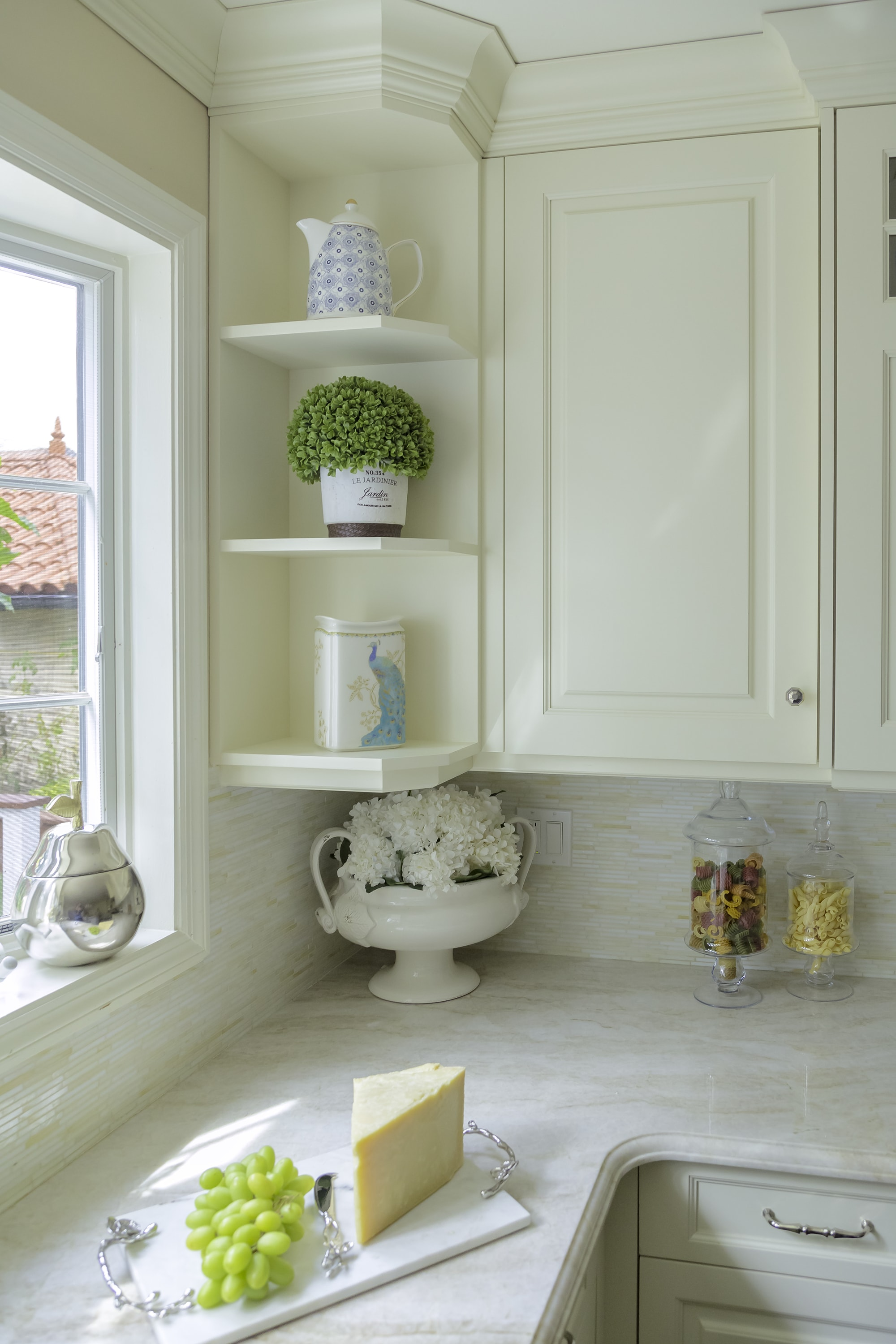 Traditional style kitchen shelves for light kitchen decors
