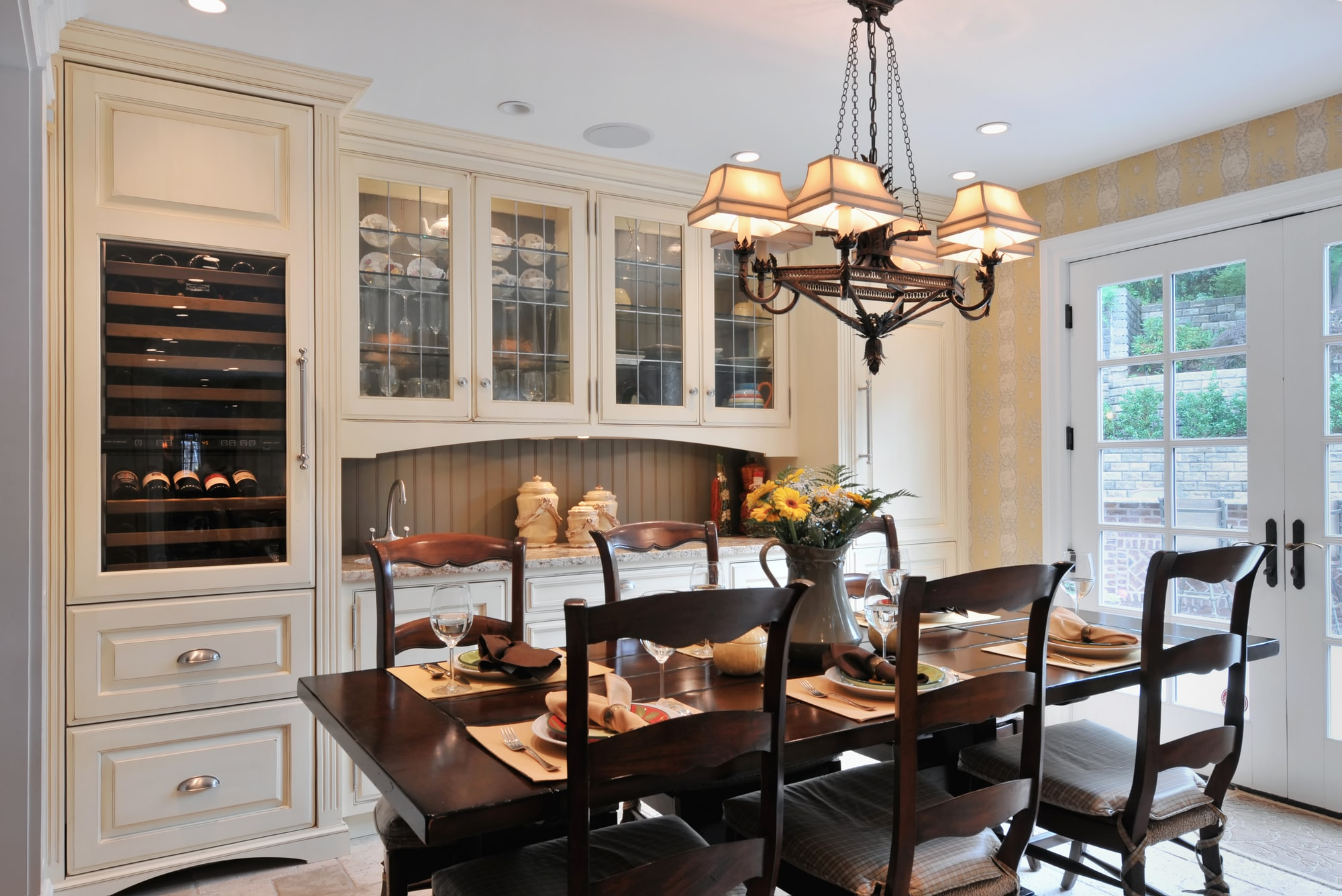 Traditional style kitchen with spacious upper kitchen cabinets