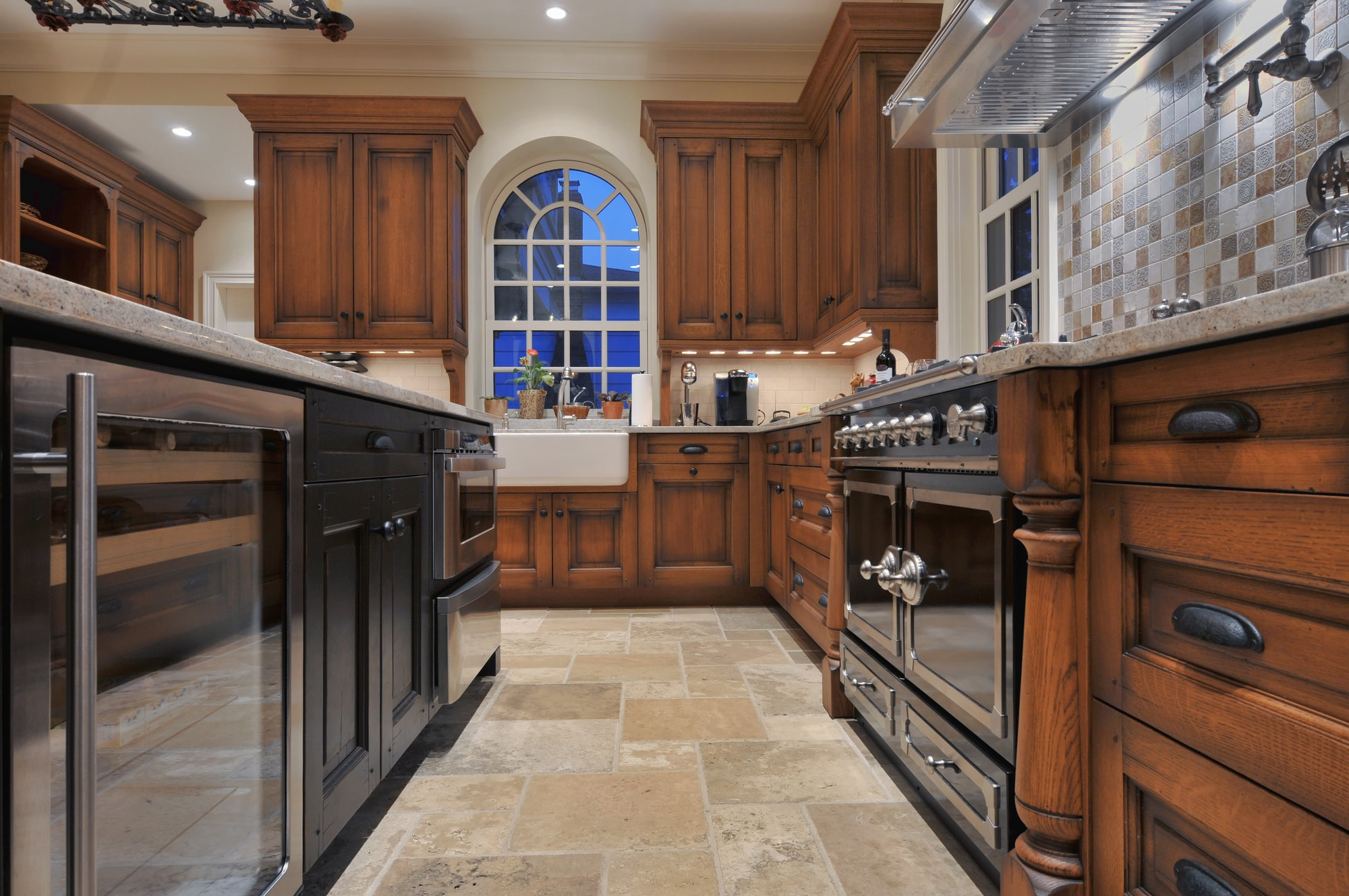 Traditional style kitchen with tiled kitchen floor