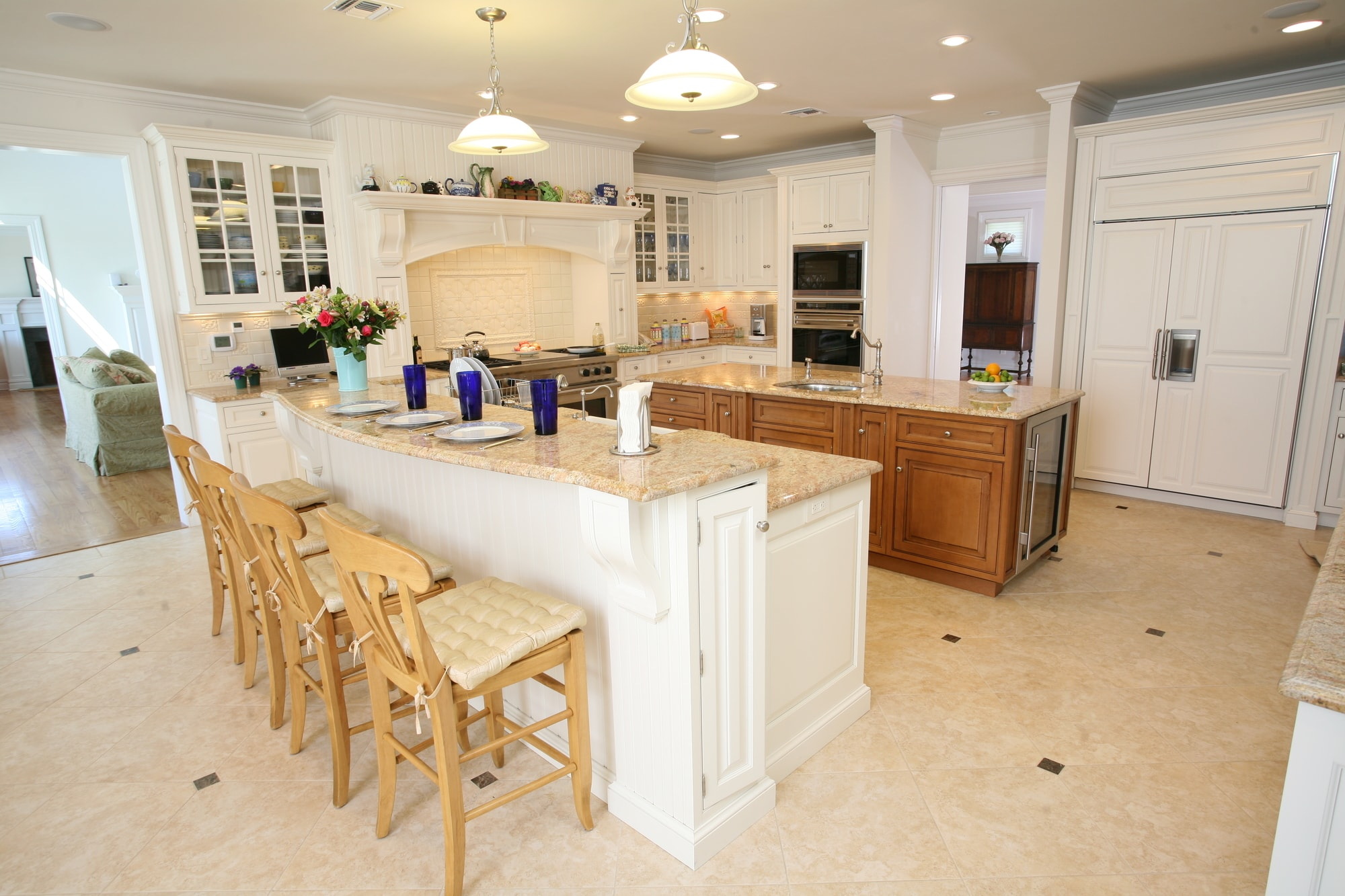 Traditional style kitchen with granite kitchen countertop