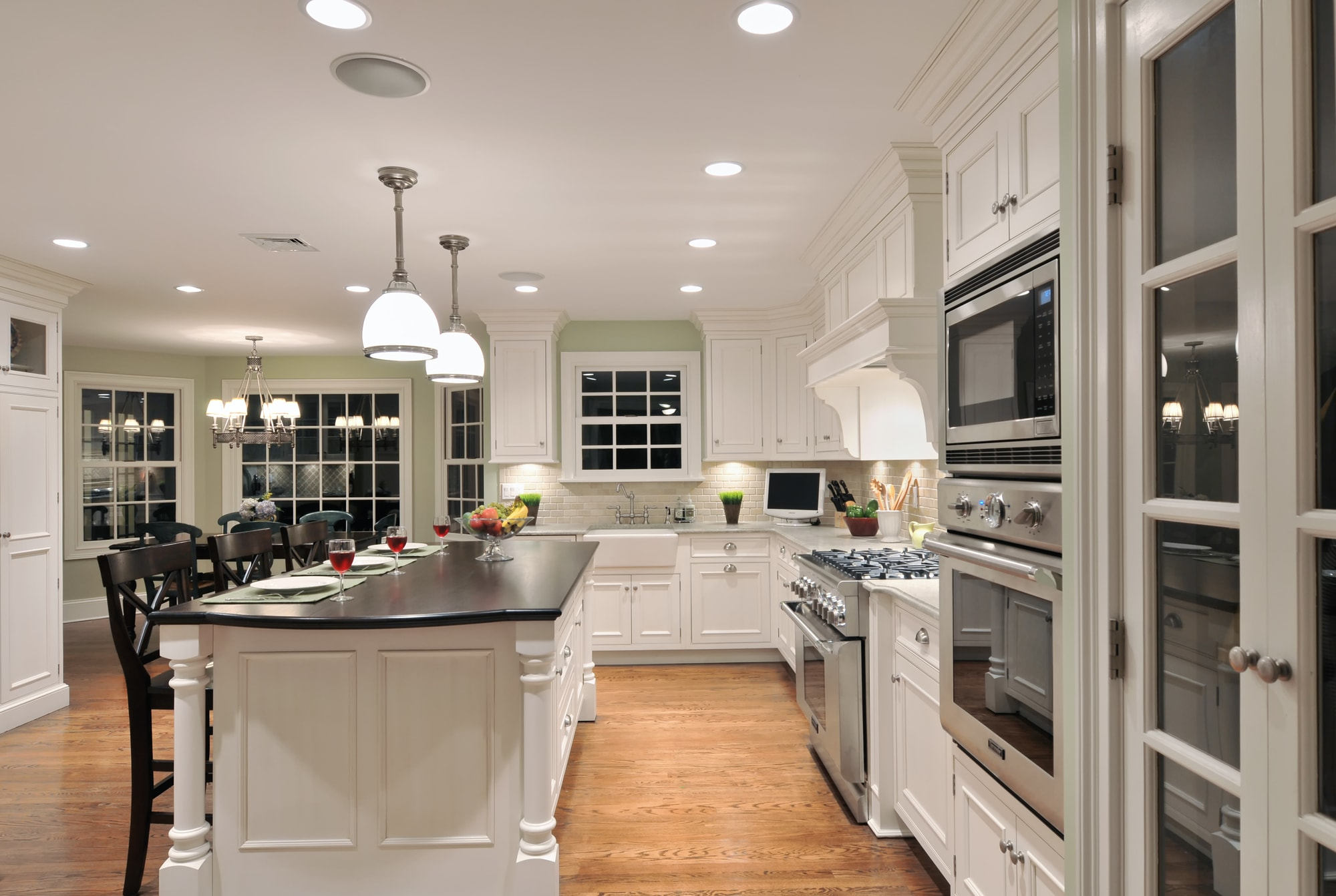 Traditional style kitchen with bright color scheme