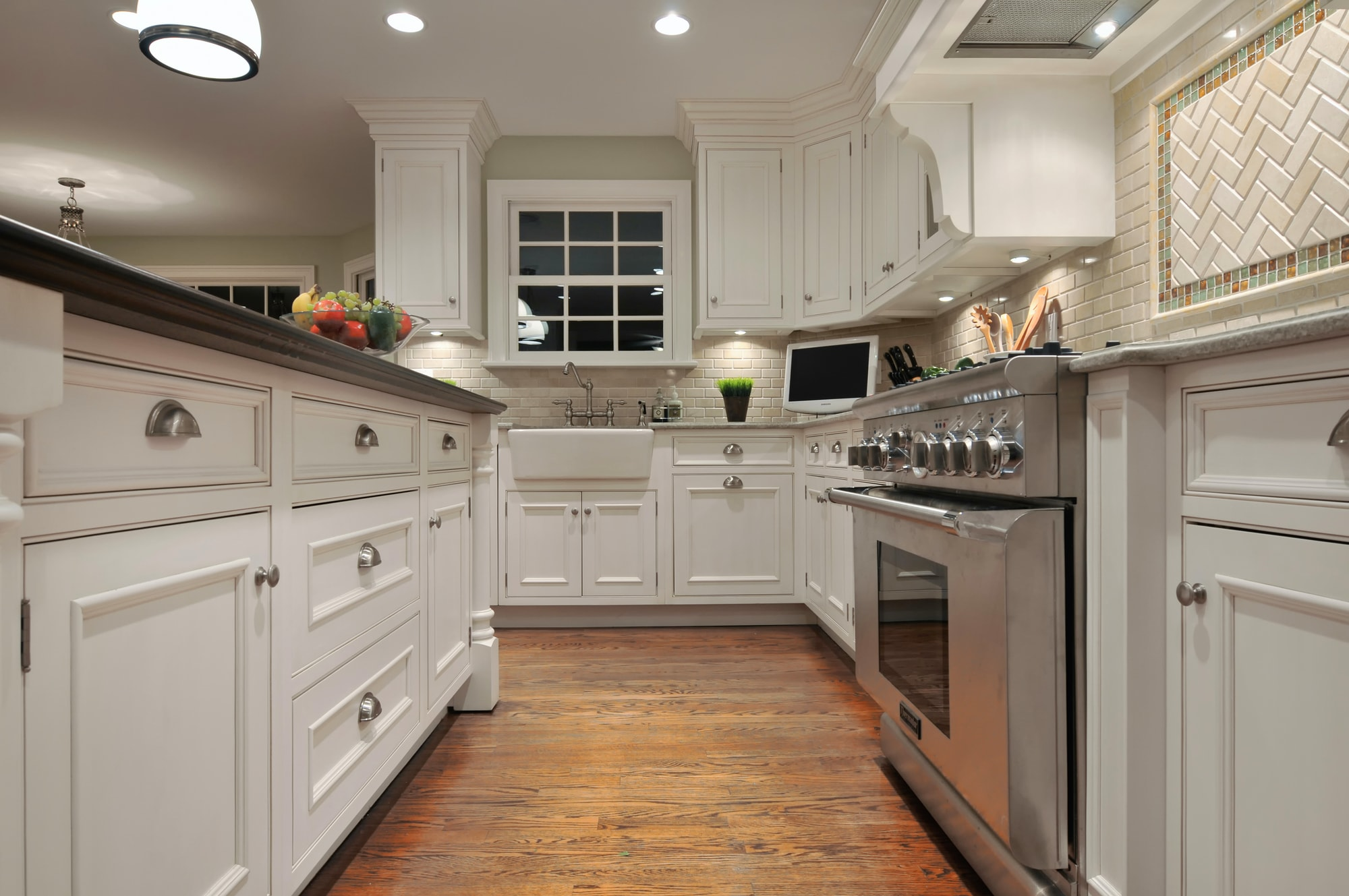 Traditional style kitchen with with upper kitchen cabinets