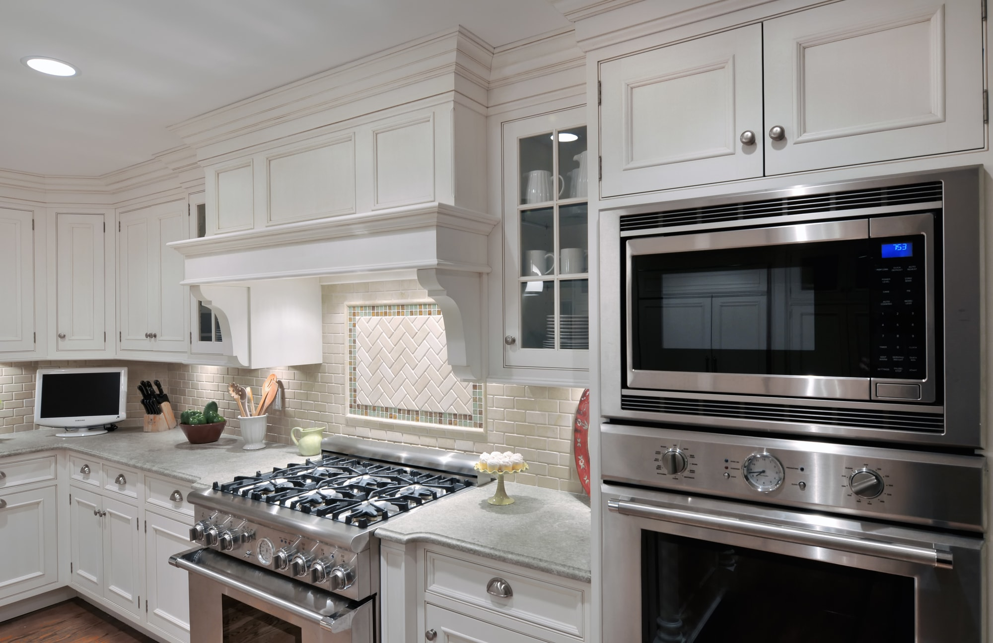 Traditional style kitchen with with stainless range oven