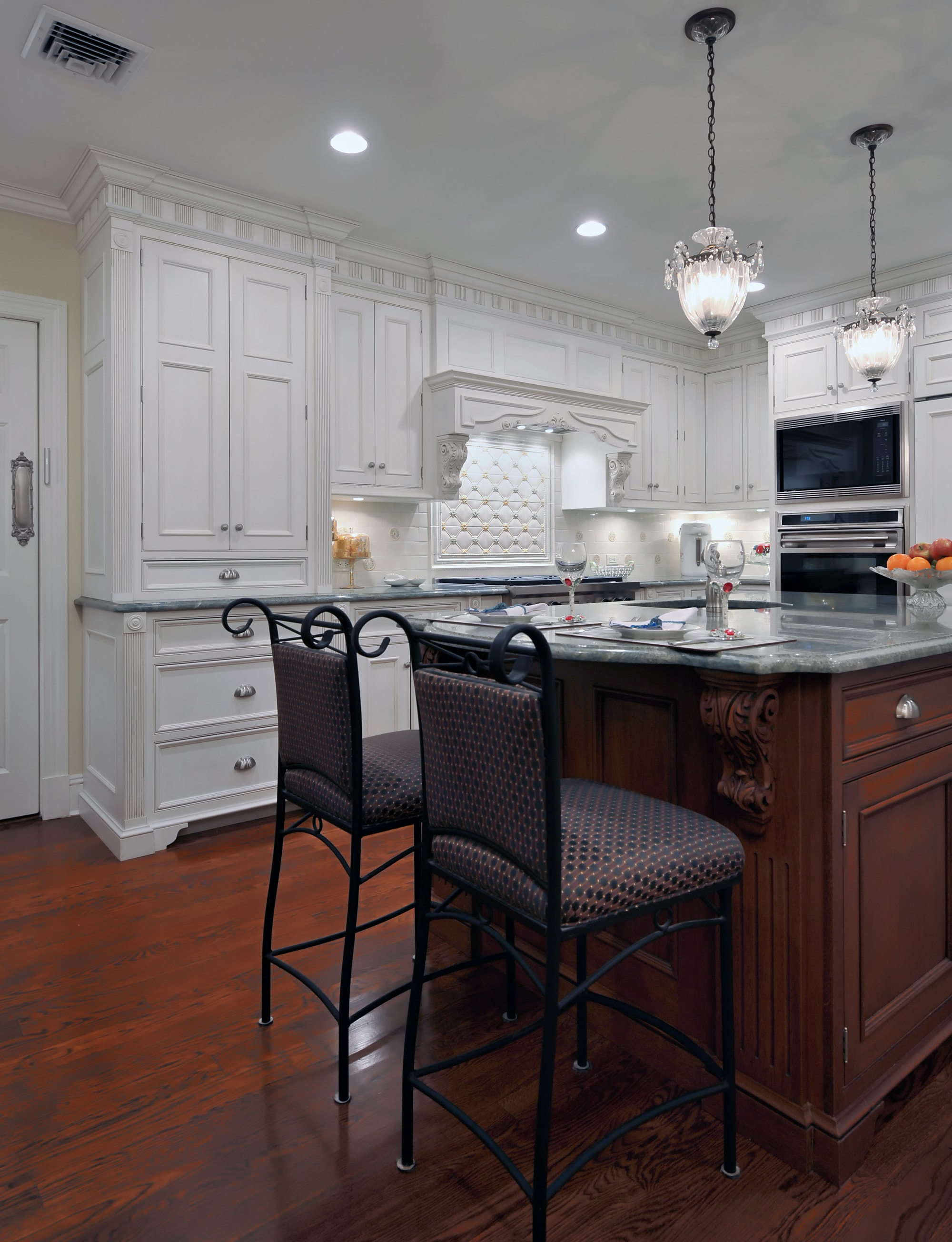 Traditional style kitchen with trendy light design