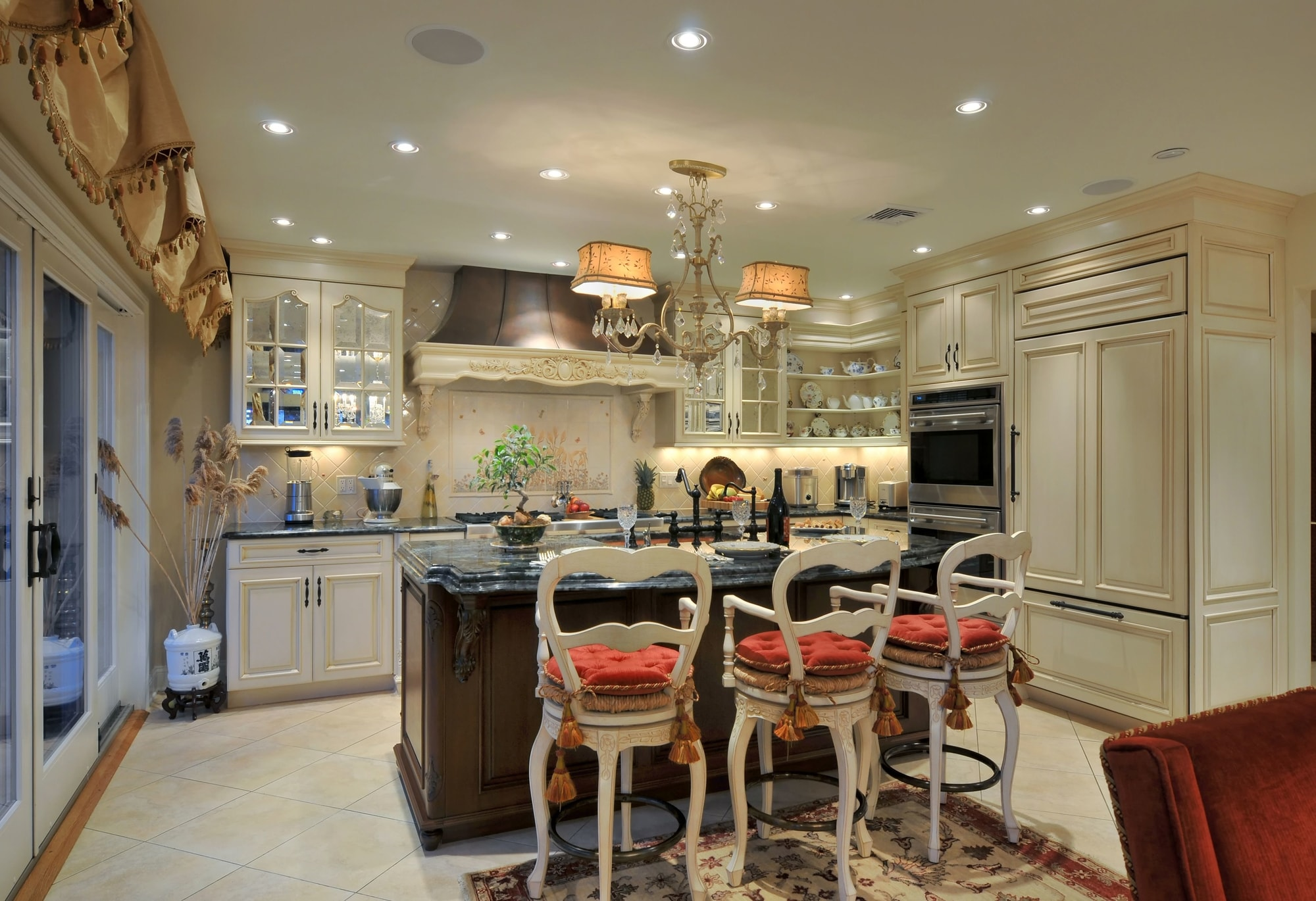 Traditional style kitchen with vintage and modern design
