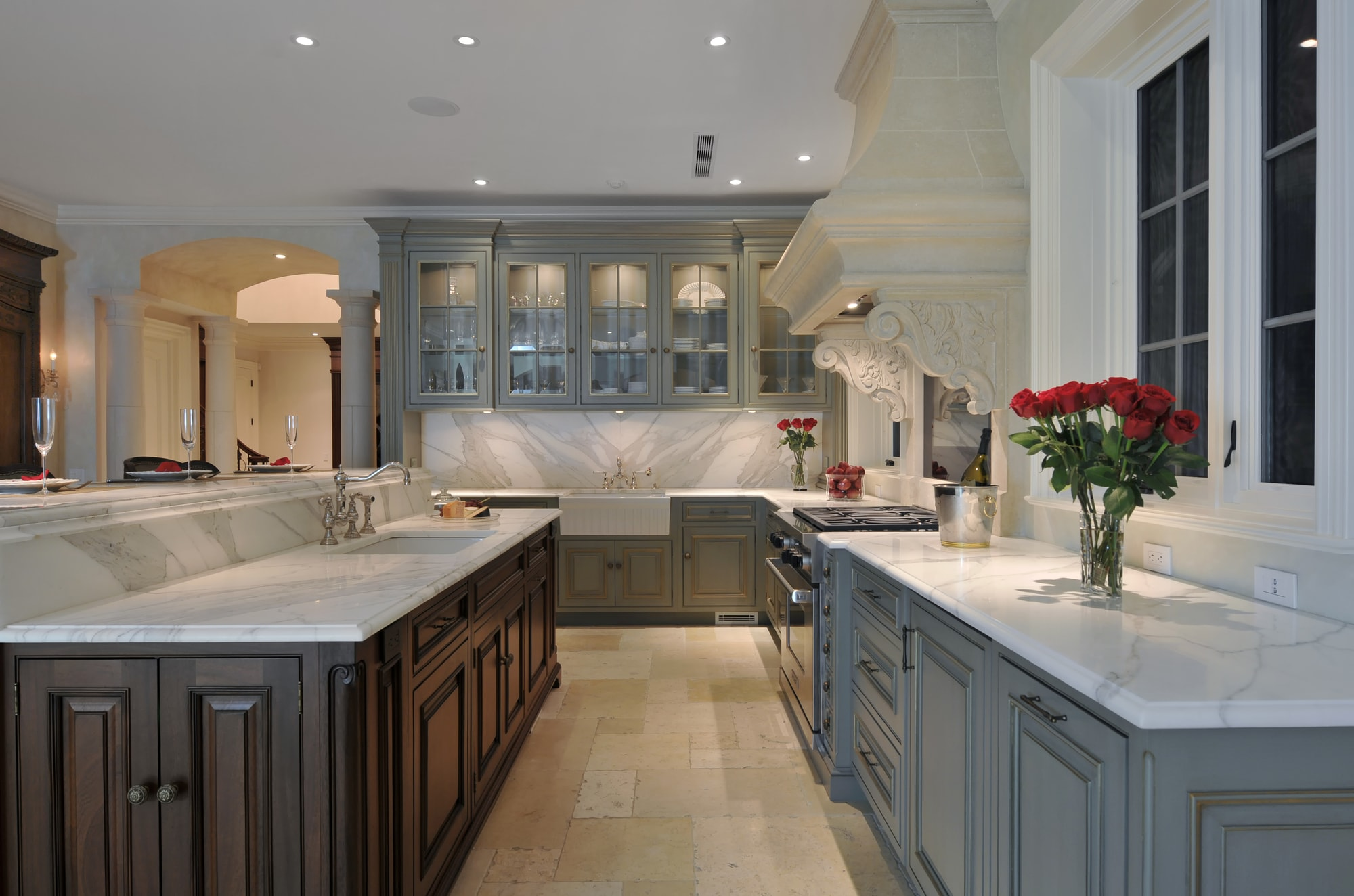 Traditional style kitchen with wooden drawers