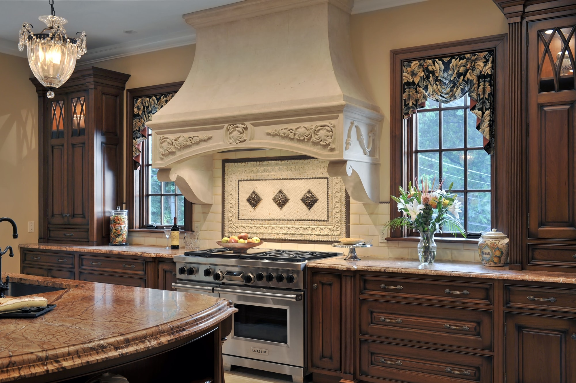 Traditional style kitchen with stylish backsplash