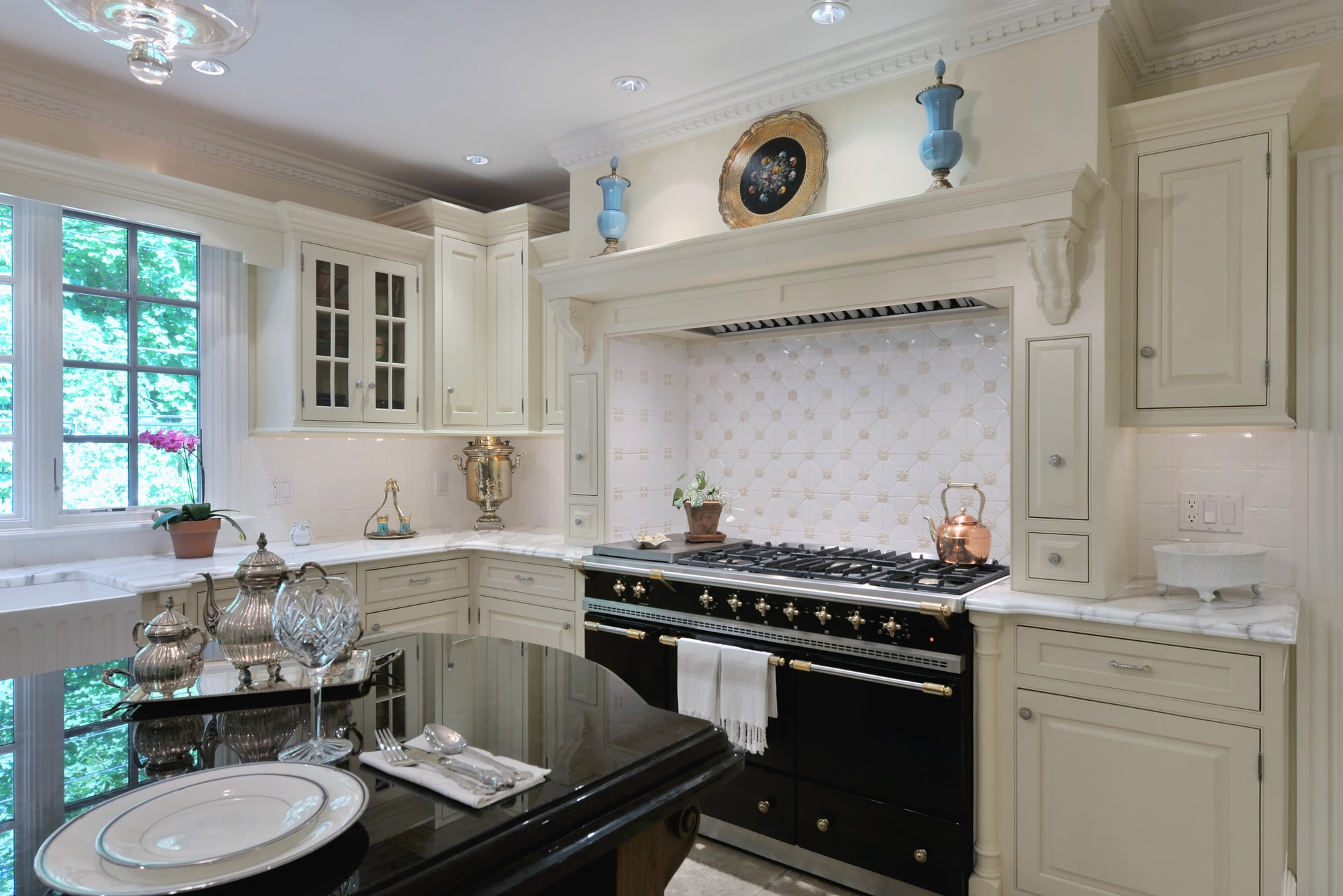 Traditional style kitchen with black and glossy countertop
