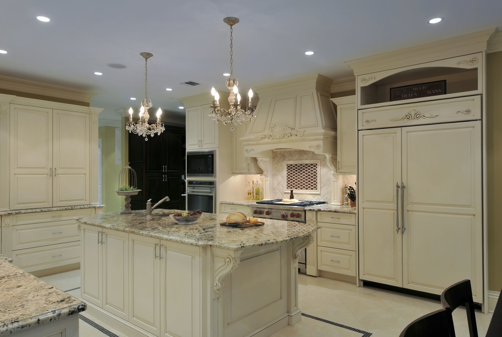 Traditional style kitchen with white drawers and cabinets