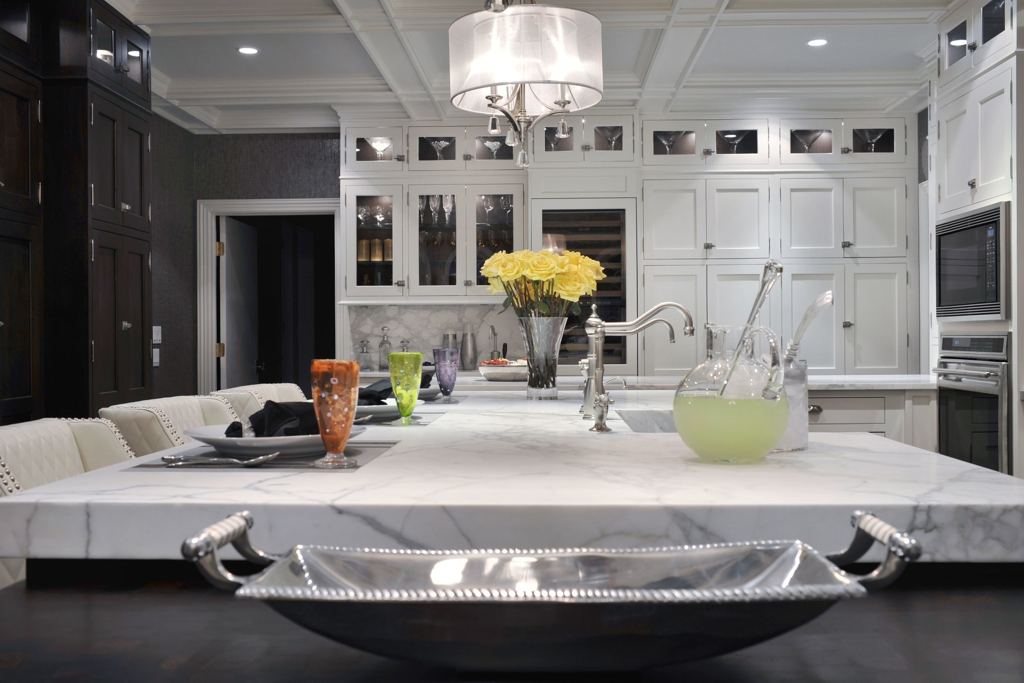 Transitional style kitchen with faucet and sink on center island