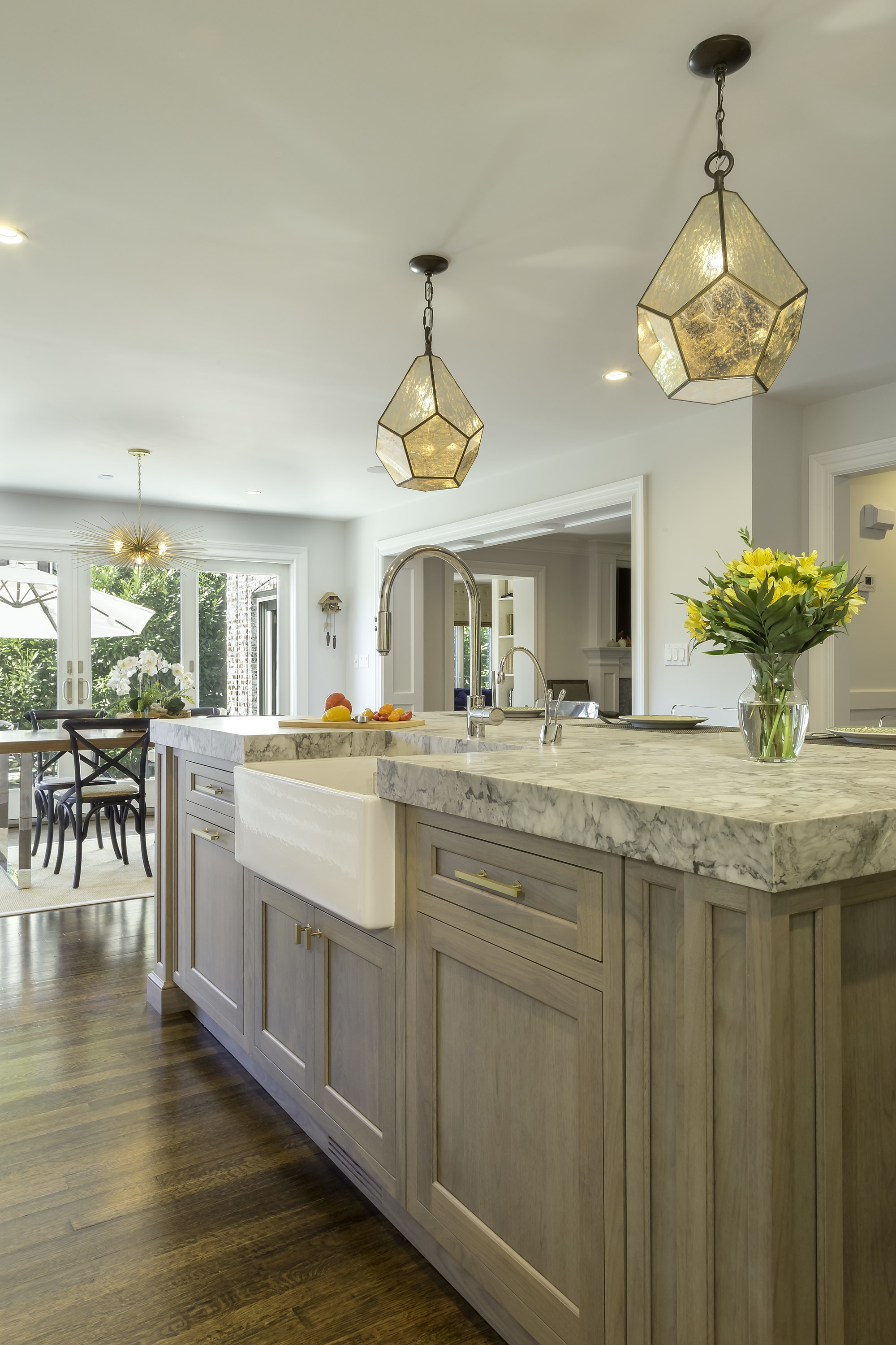 Transitional style kitchen with single hand faucet and sink