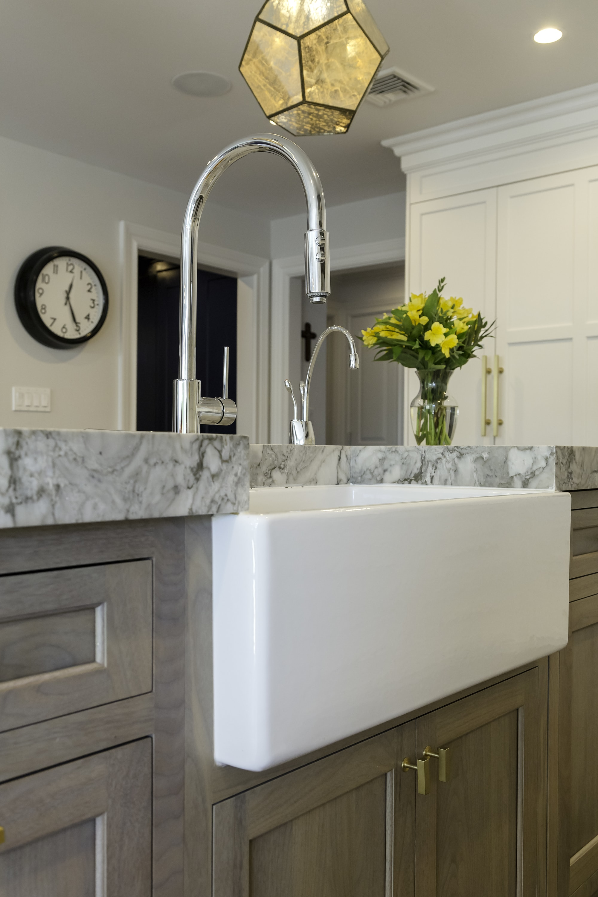Transitional style kitchen with single hand faucet