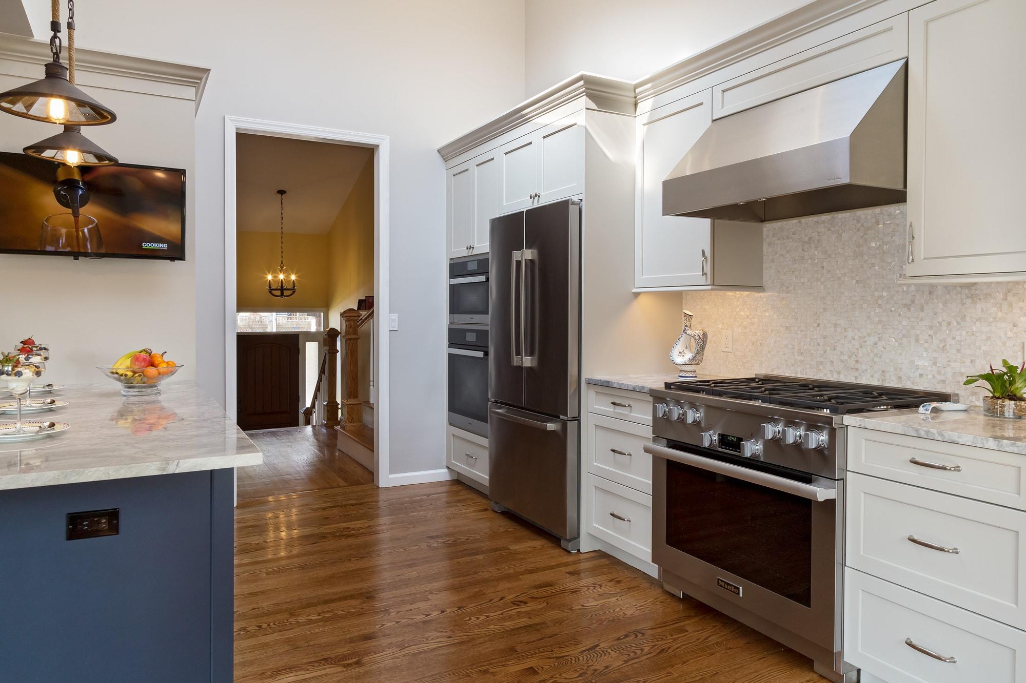 Transitional style kitchen with hardwood floors