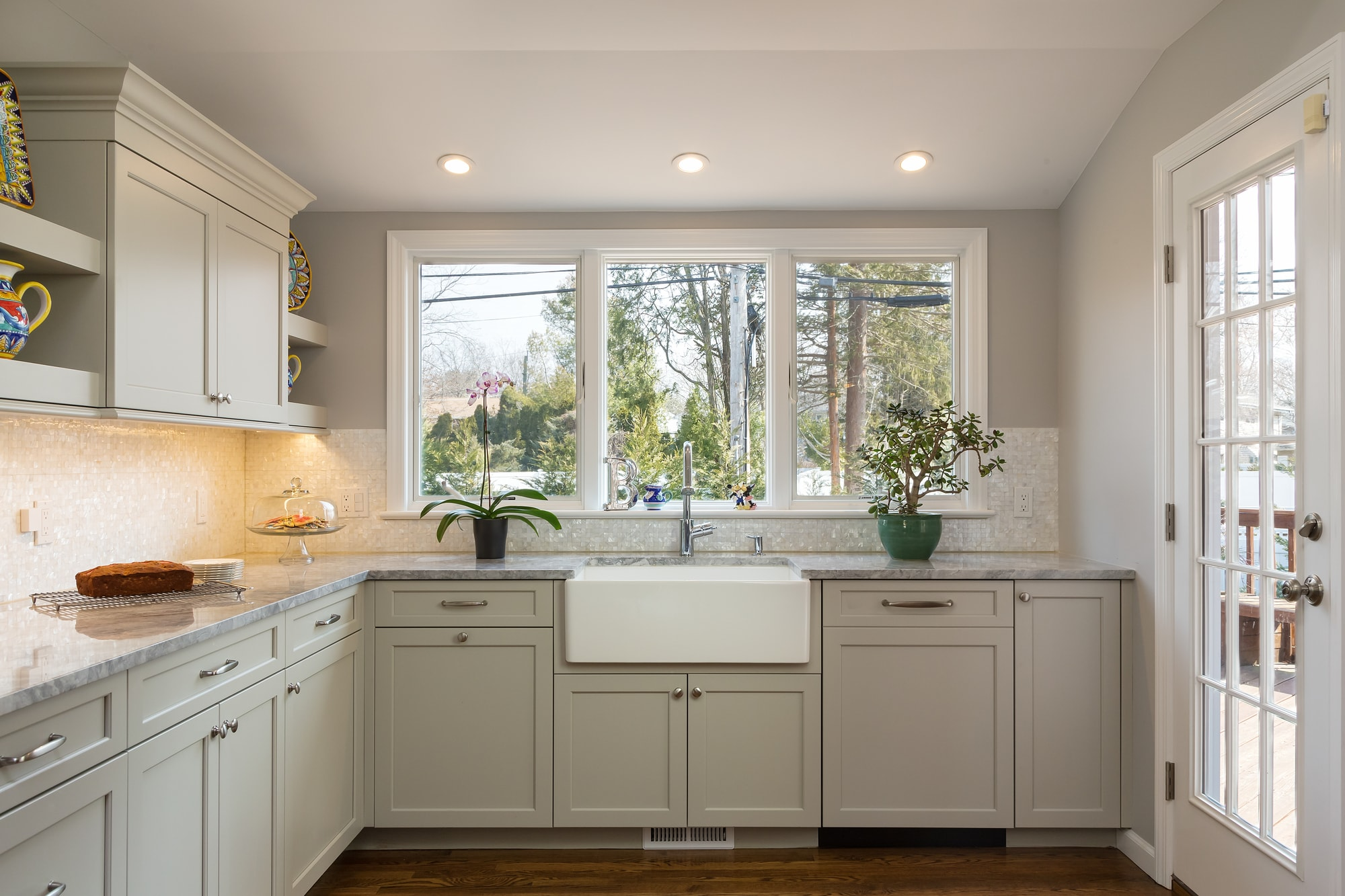 Transitional style kitchen with L-shaped kitchen counter
