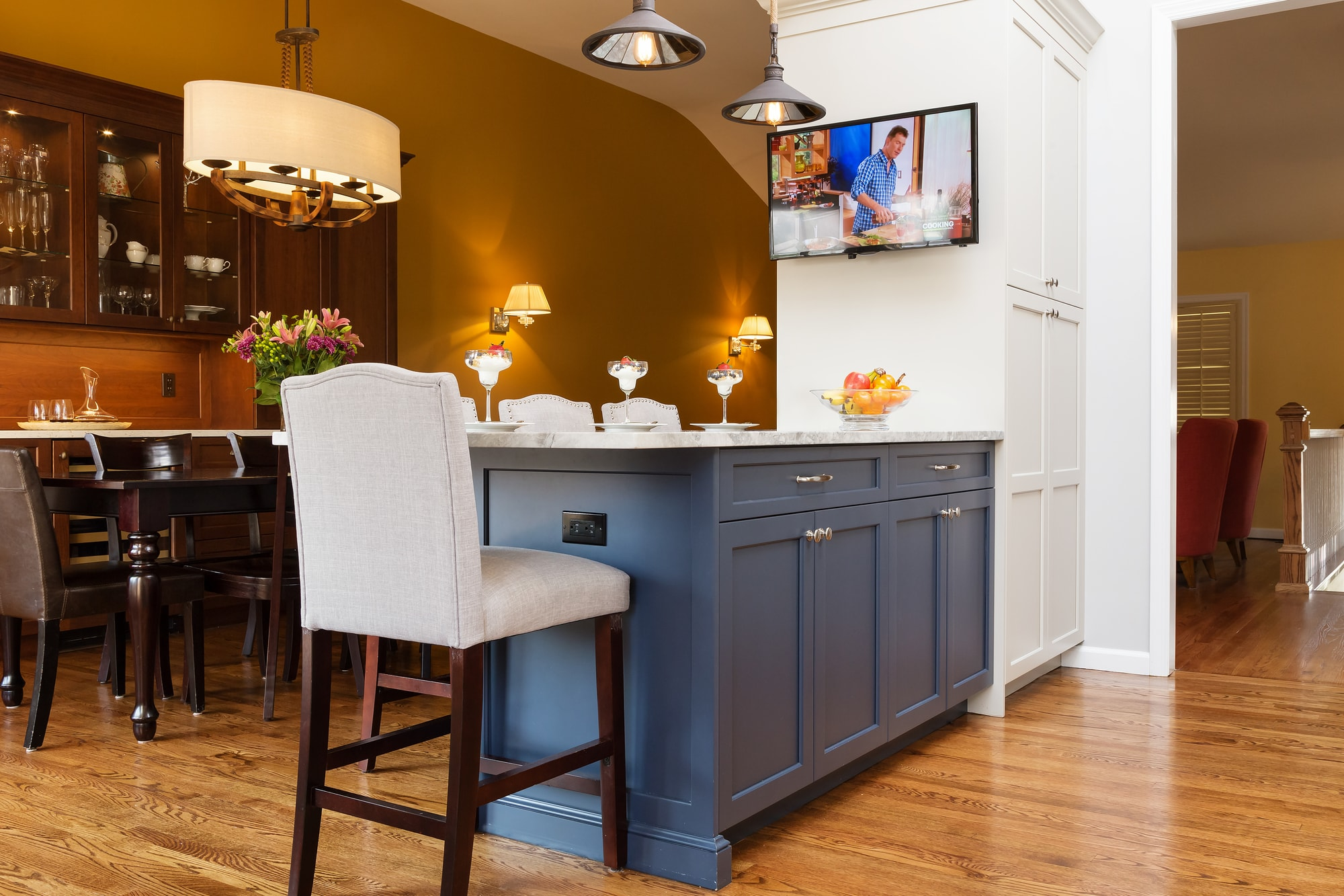 Transitional style kitchen with center island and dining area