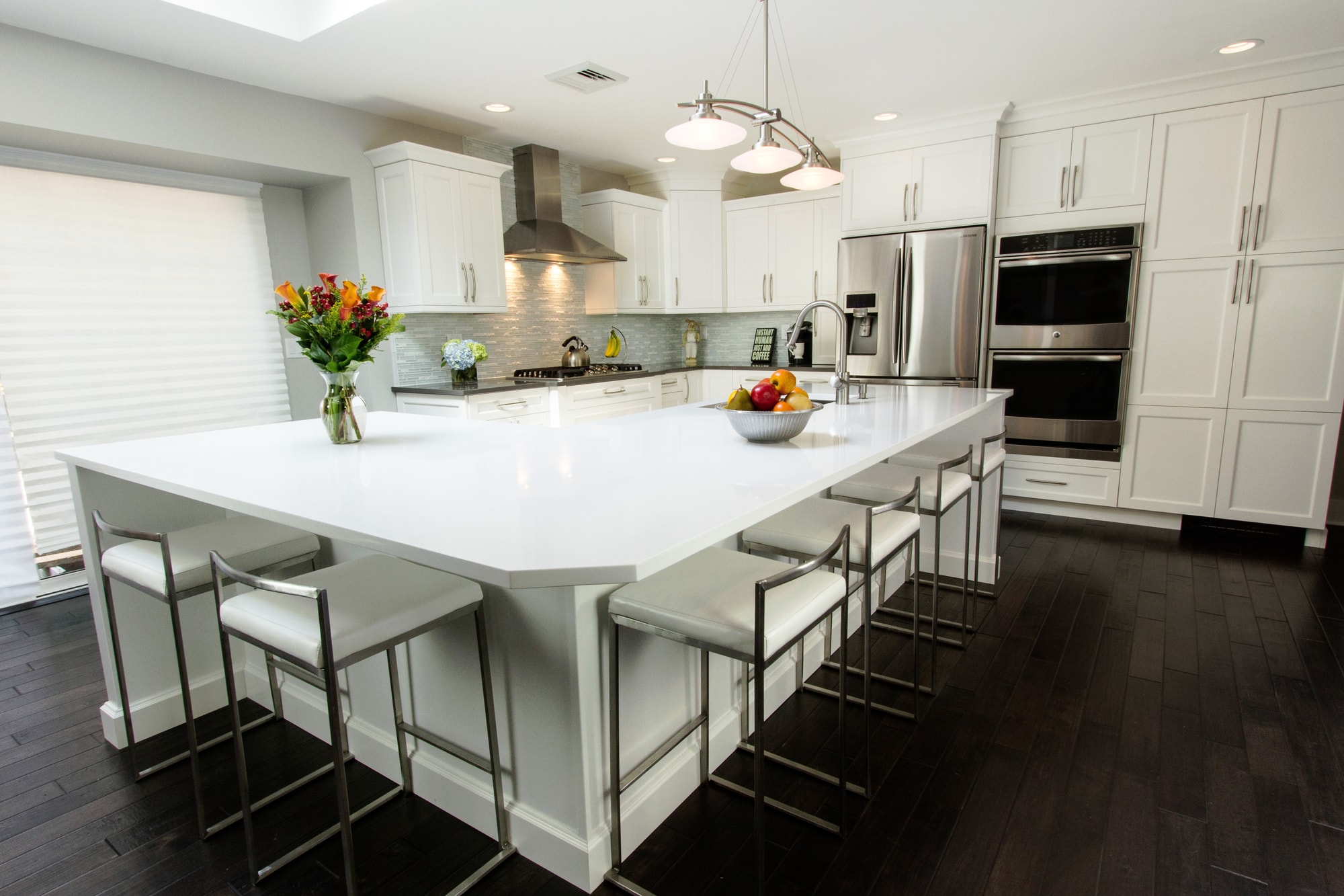 Transitional style kitchen with an L'Shaped kitchen island