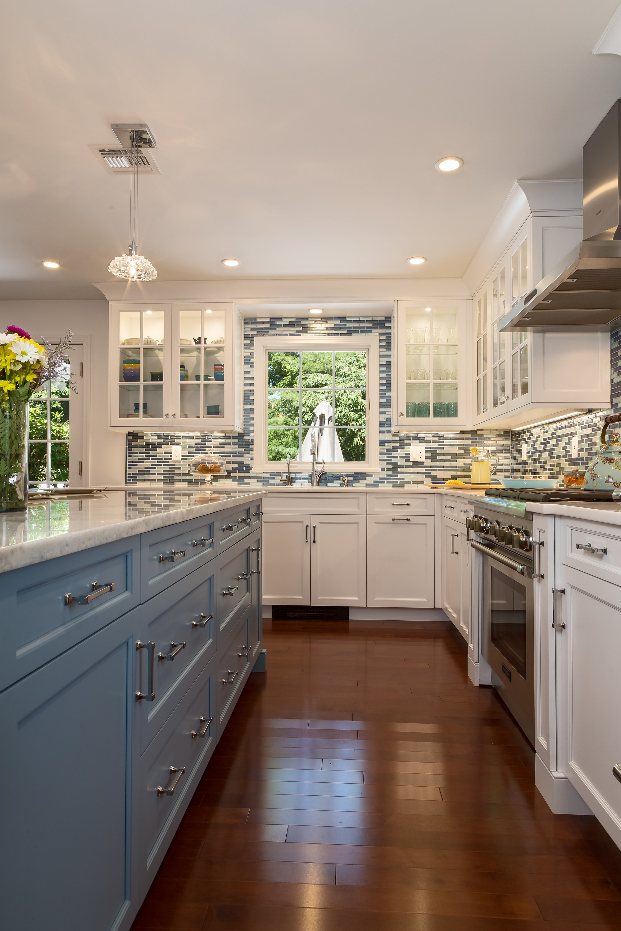 Transitional style kitchen with single pendant light fixture