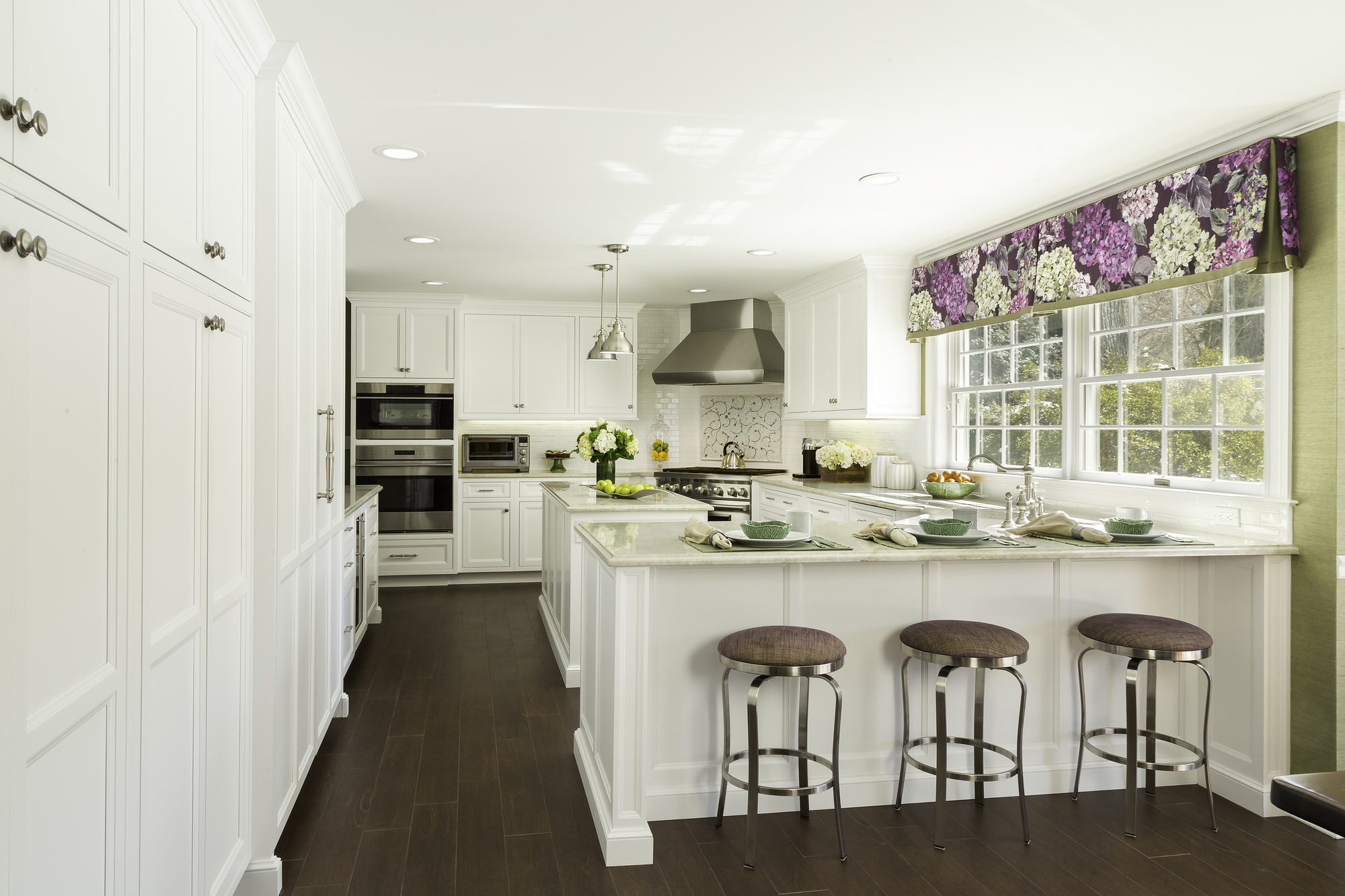 Transitional style kitchen with L'shaped countertop