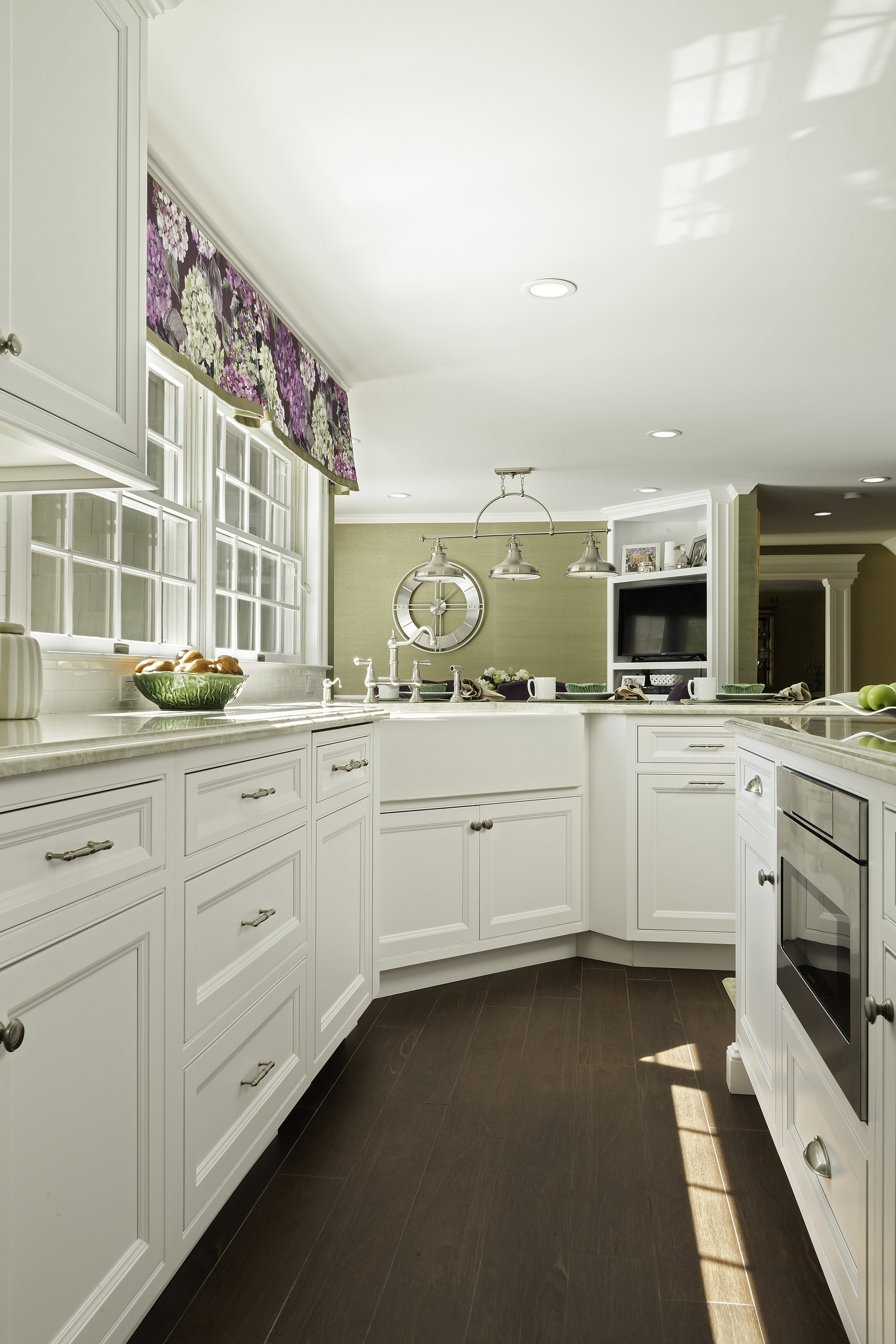 Transitional style kitchen with plenty of pull out drawer and cabinet
