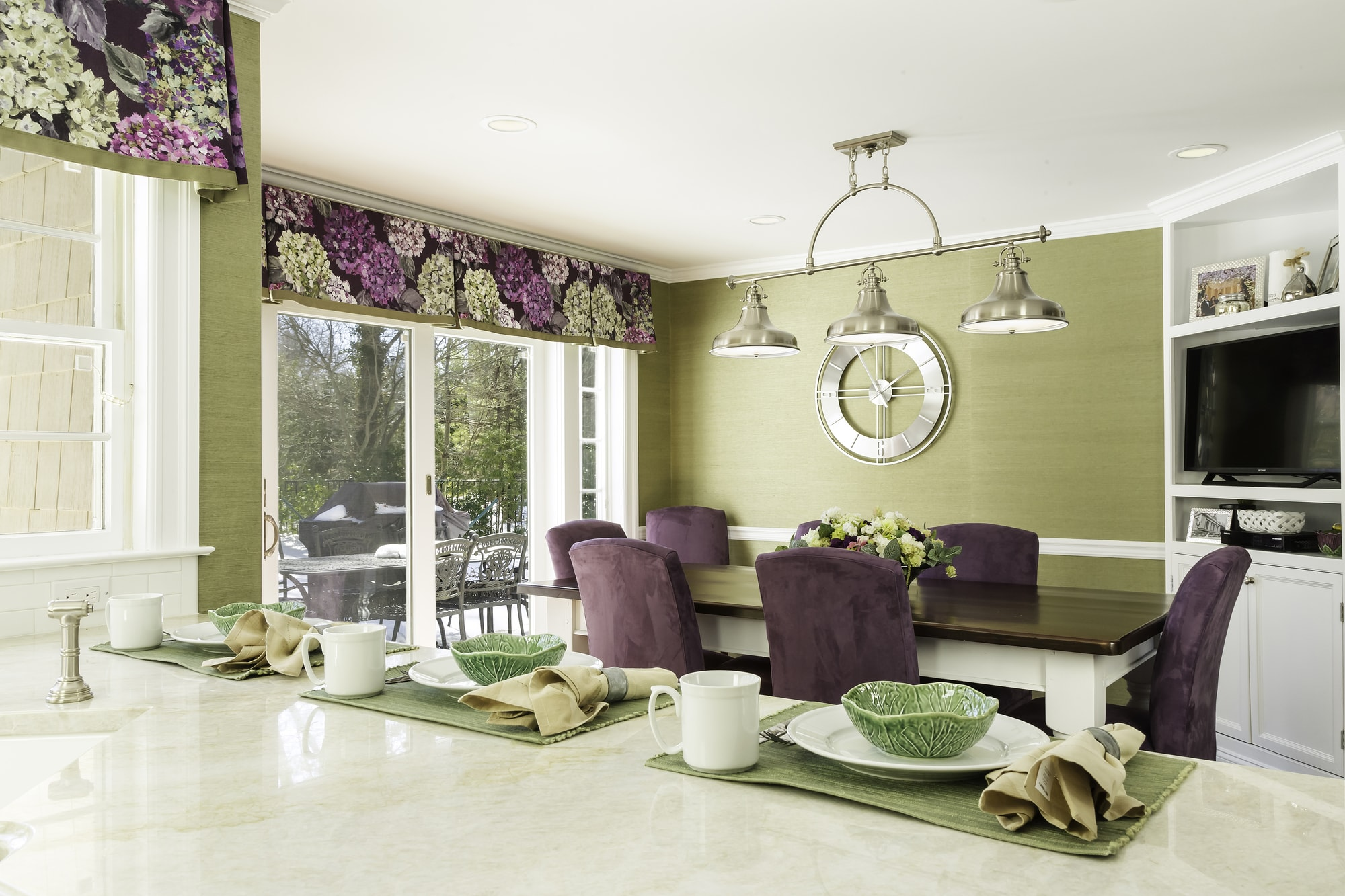 Transitional style kitchen with eating area
