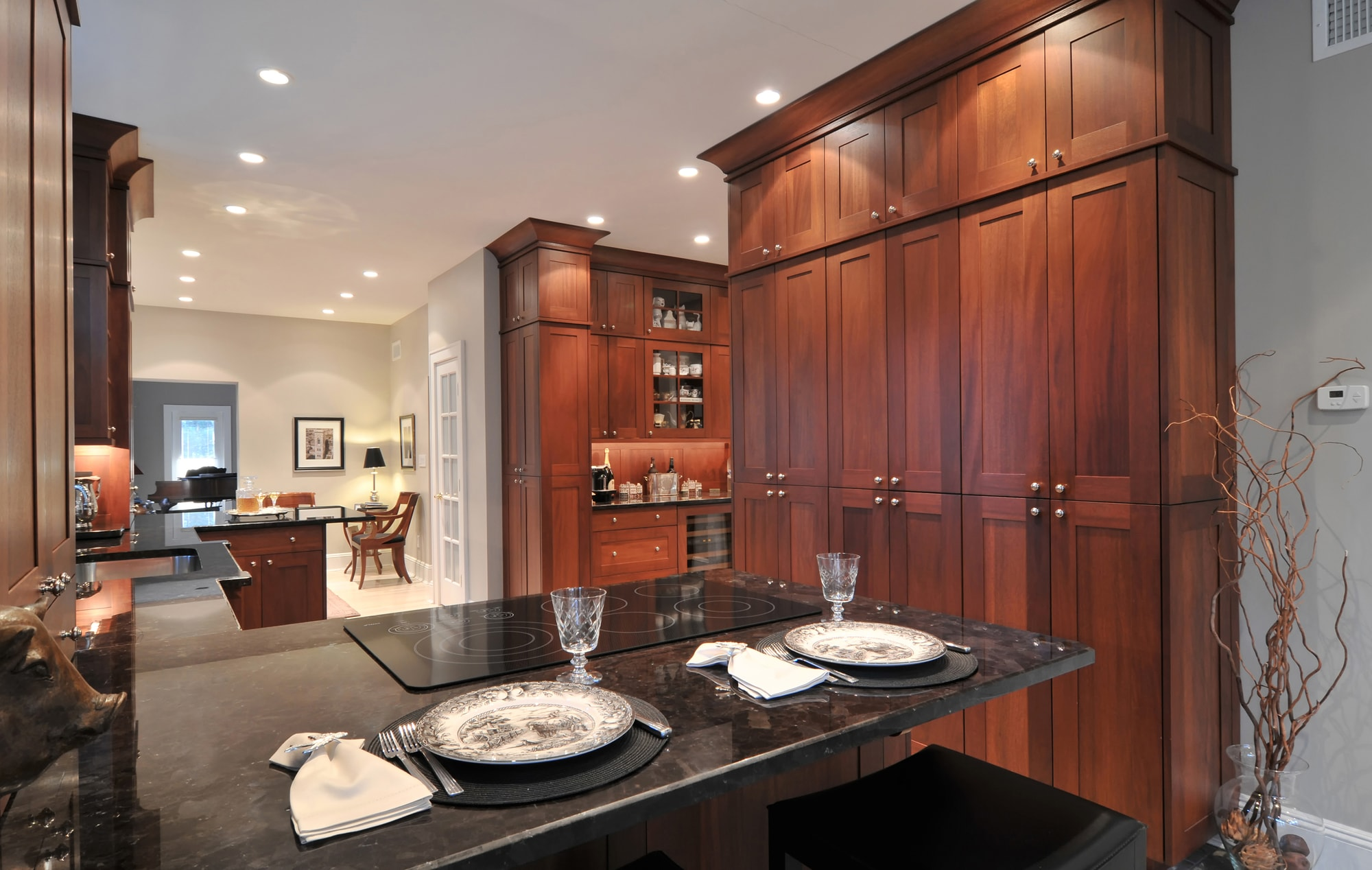 Transitional style kitchen with U'shaped kitchen counter