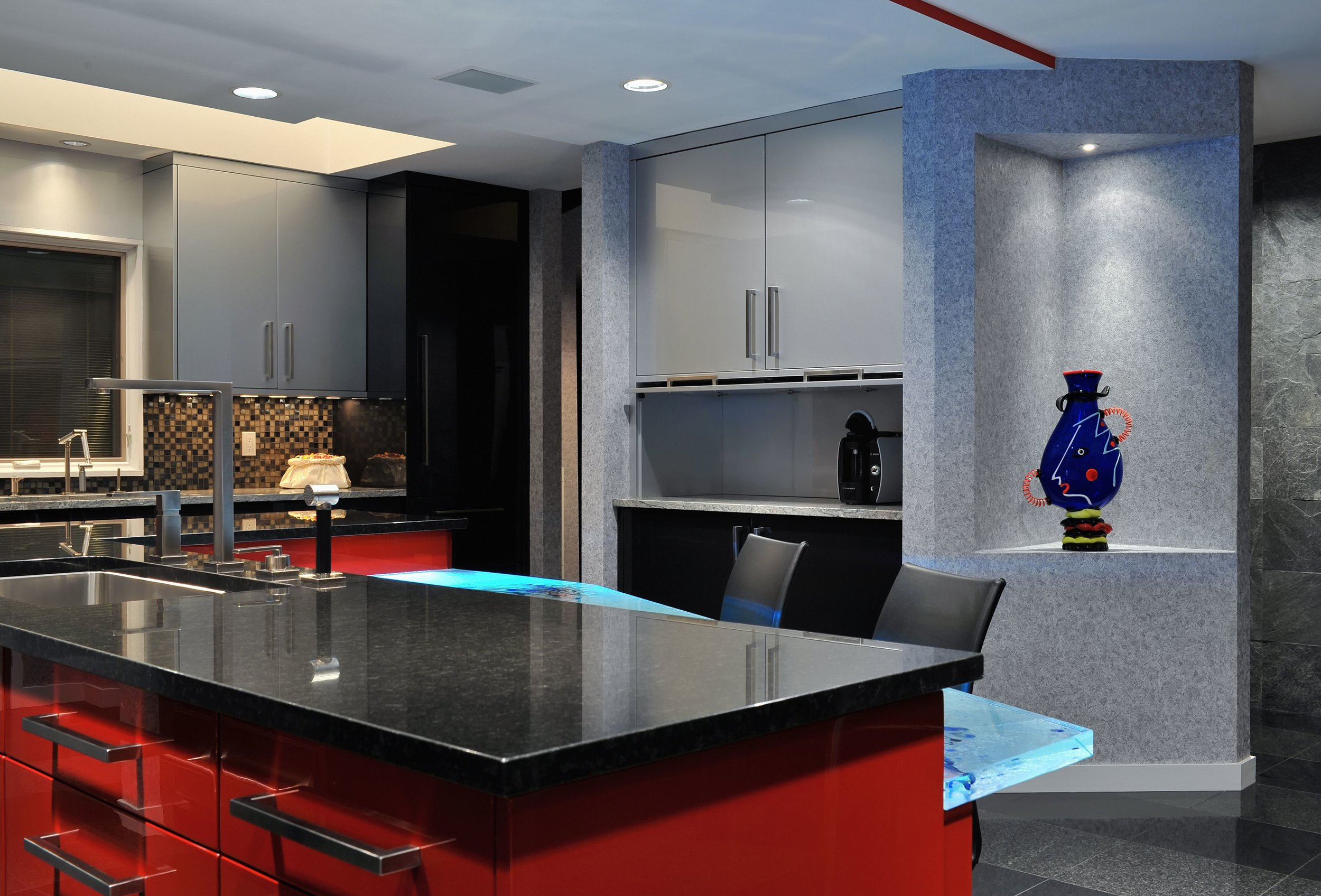 Contemporary style kitchen with modern kitchen backsplash