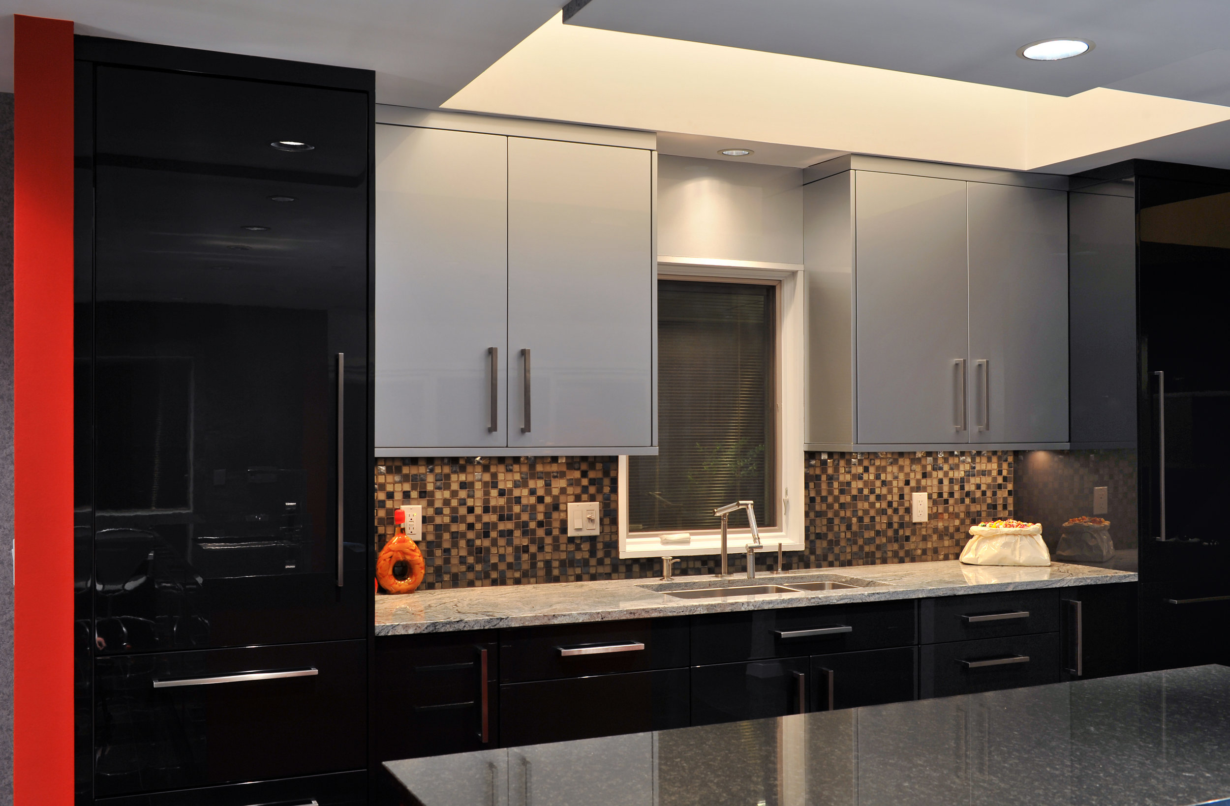 Contemporary style kitchen with upper cabinets and tiled backsplash