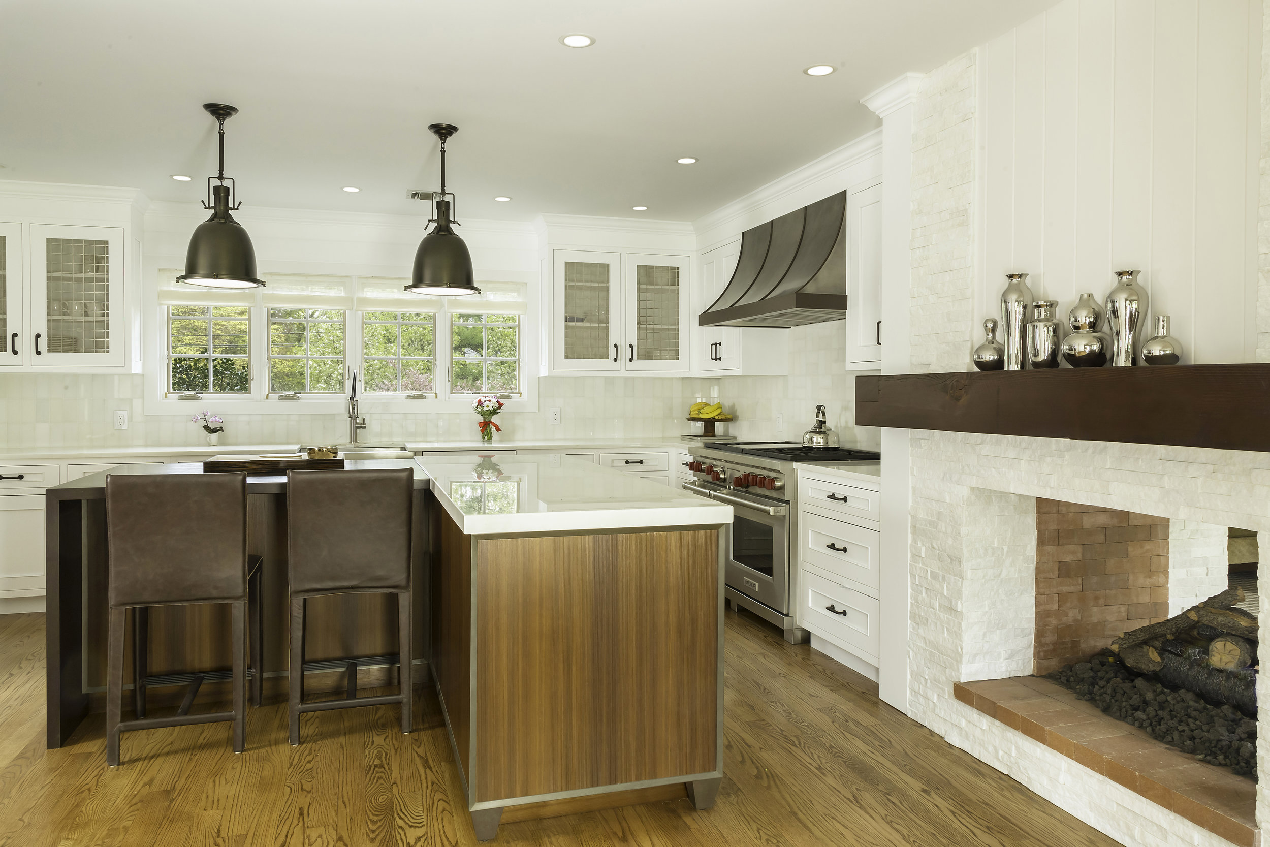 Contemporary style kitchen with kitchen counter and extended breakfast table