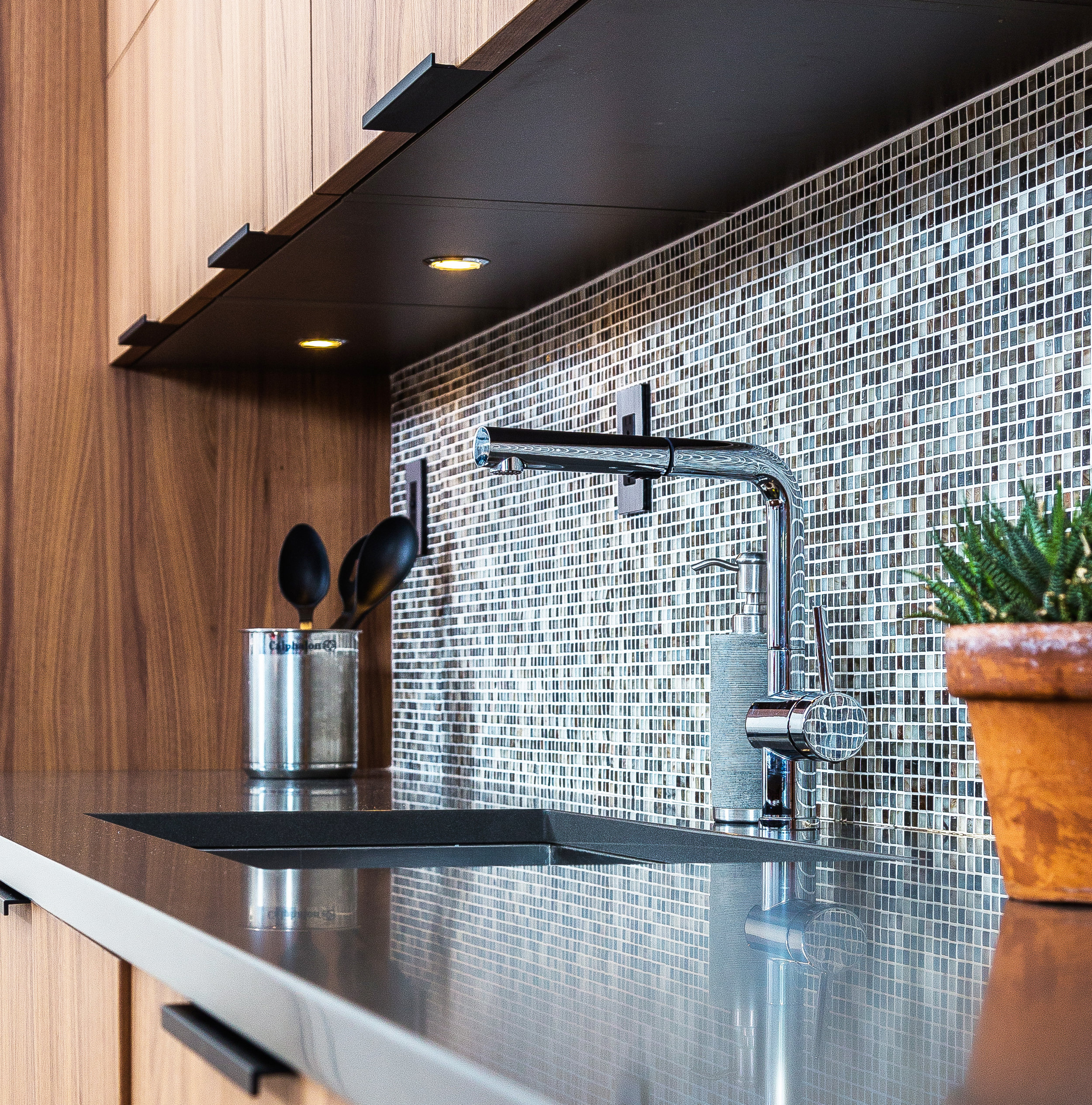 Contemporary style kitchen with small tiled backsplash