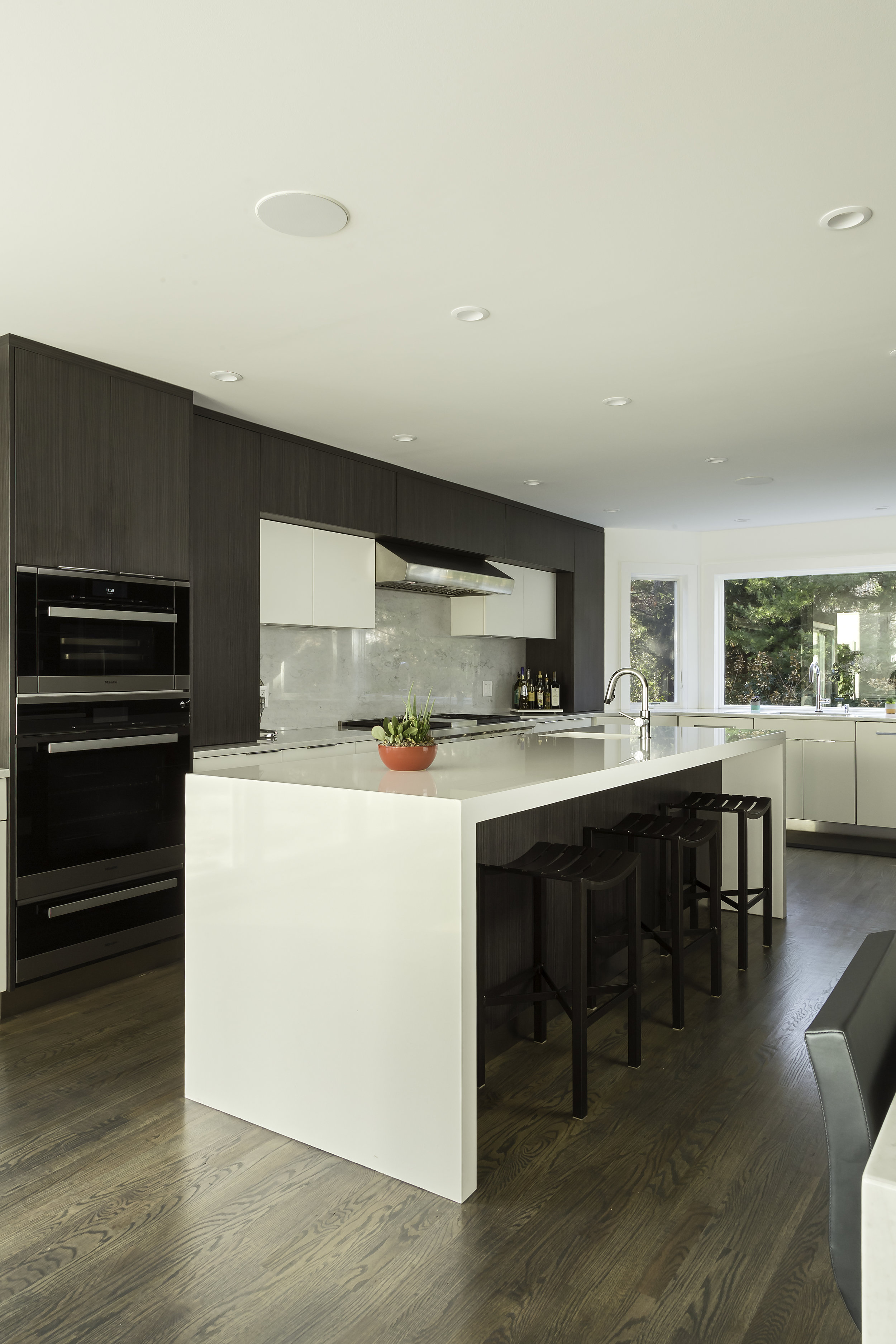 Contemporary style kitchen with spacious floor