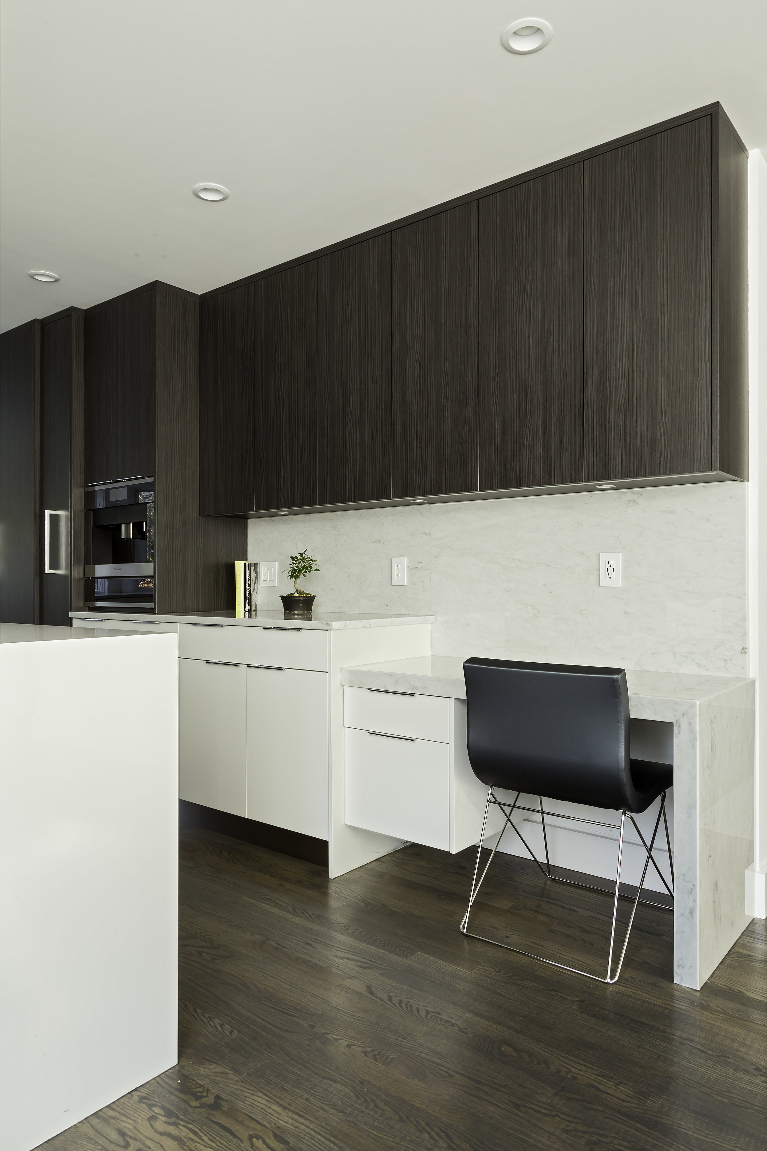 Contemporary style kitchen with small workstation