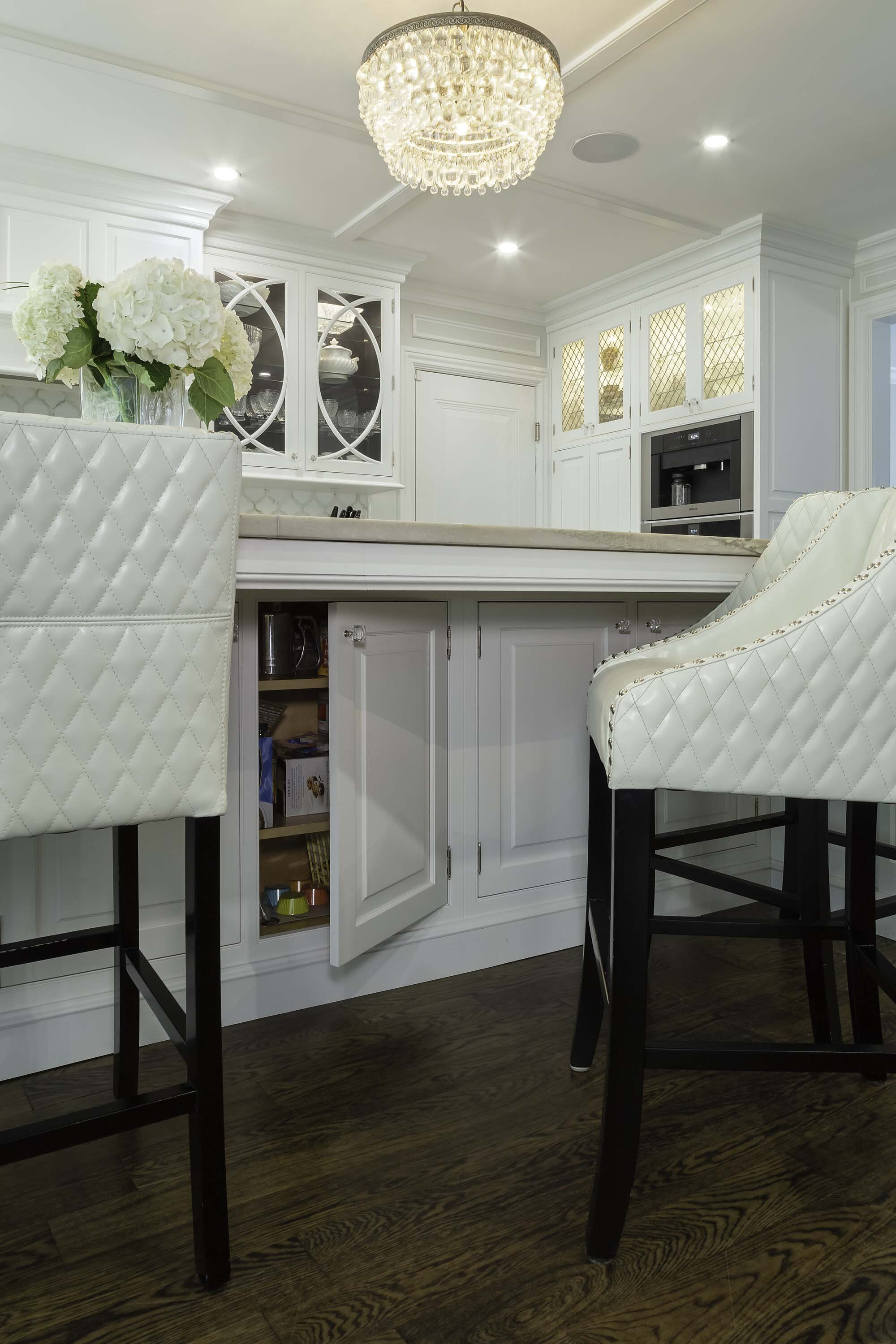 Traditional white kitchen on Long Island with under island storage