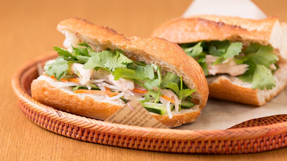 サラダチキンとカット野菜で作る、ベトナム風サンドイッチ「バインミー」( 掲載ページへ )