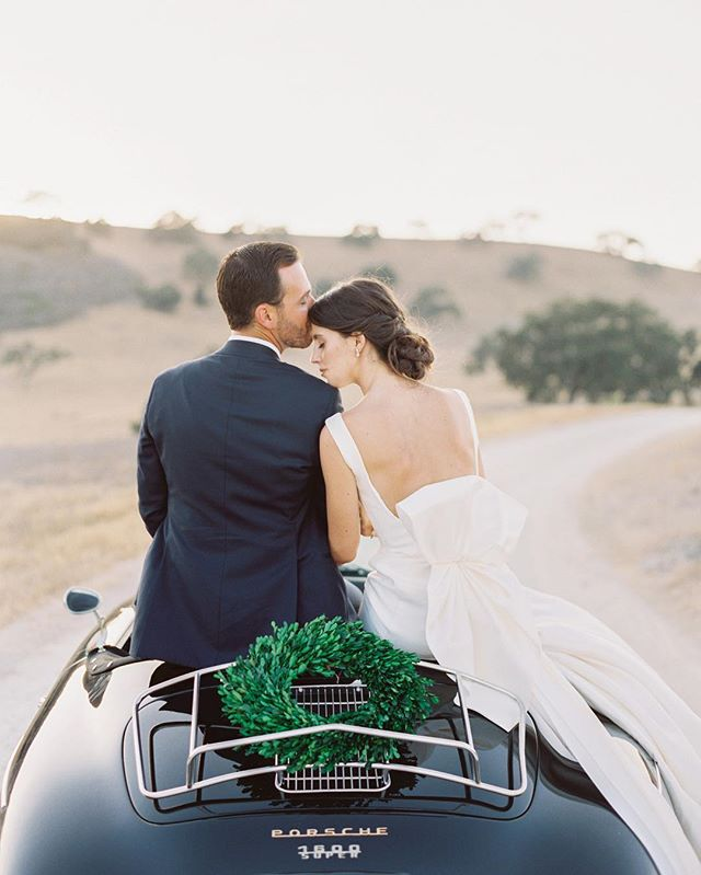 classic california #porschespeedster #weddingcar #classiccar #boxwoodwreath #kestrelparkwedding #jenhuang