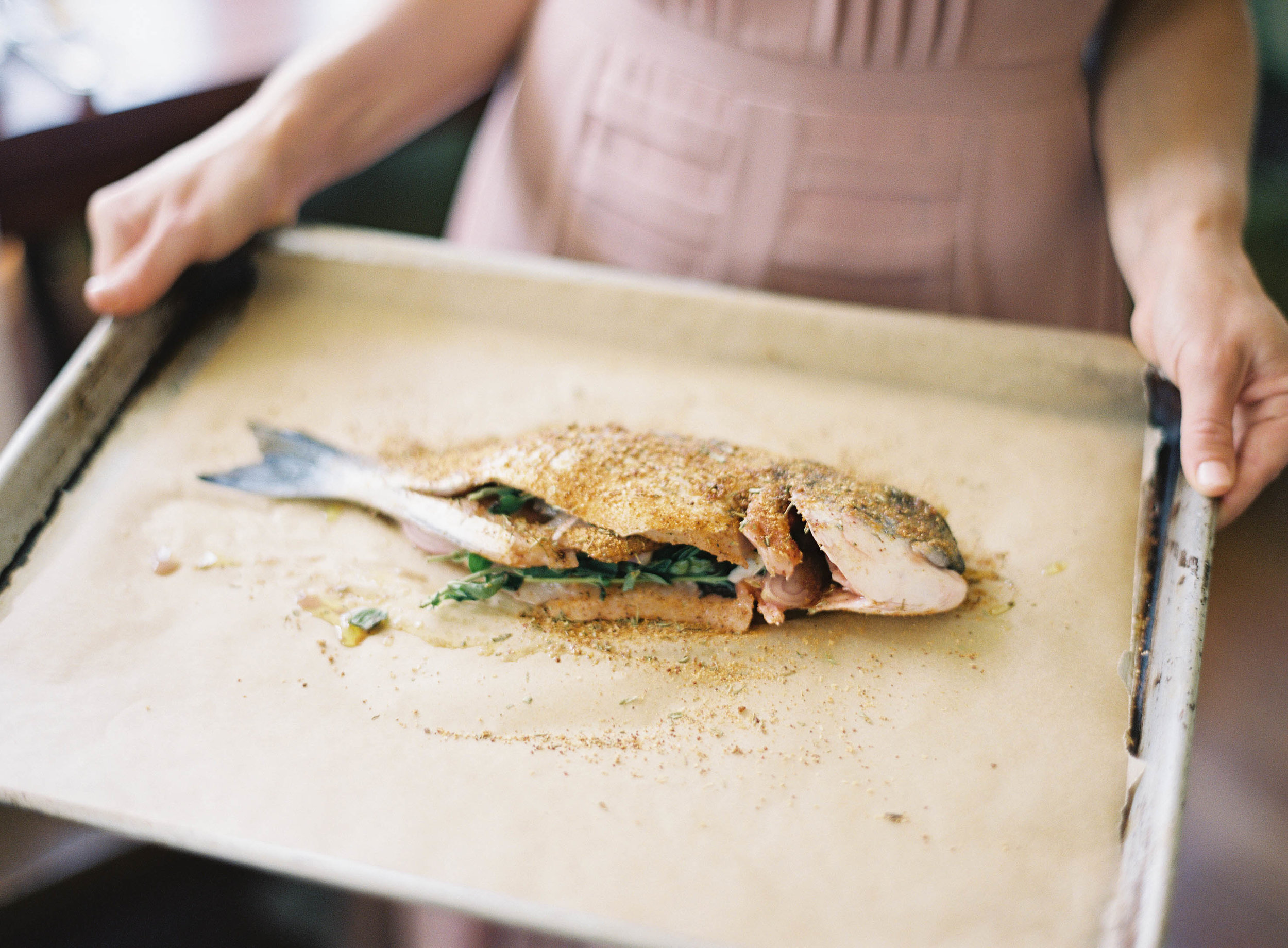 3. - Add flavor. Seasoned your fish with olive oil, oregano, rosemary, salt and pepper and let it marinate, covered for an hour in the fridge. Toss your vegetables with the same mixture of oil and spices.