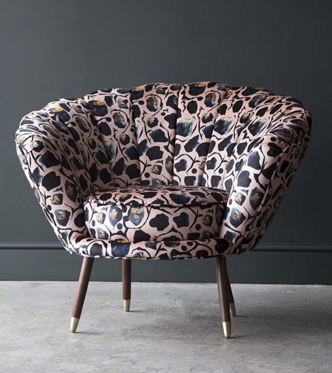 Incredible Oyster chair in @annahaymandesigns fabric in collaboration with @houseofsloane_uk (I would choose the tobacco colour way - the same as my lounge curtains)