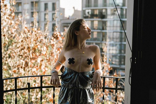 More sun please! #pasteaseeveryday . MODEL: @juliamartinez.artist 📸: @madeleine_albertson . . #reusablenipplecovers #reusable #nipplestickers #everydaylife #everyday #lifestyle #nobra #freetheboobies #happynipples