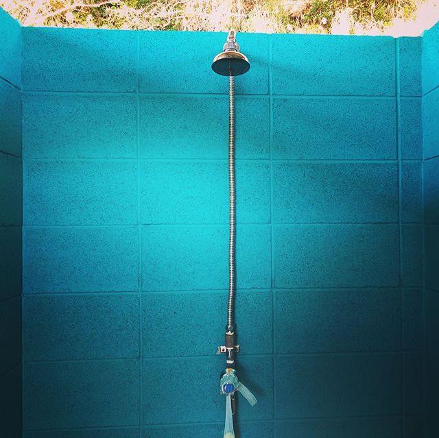 外シャワー🚿の気持ち良さ知ってる人〜🙋🏽♀️💕 Do you know how wonderful it is to take a shower outside?;) . #cinemaheaven #campingvillapillows #wearemakingheaven #camping #airstream #ger