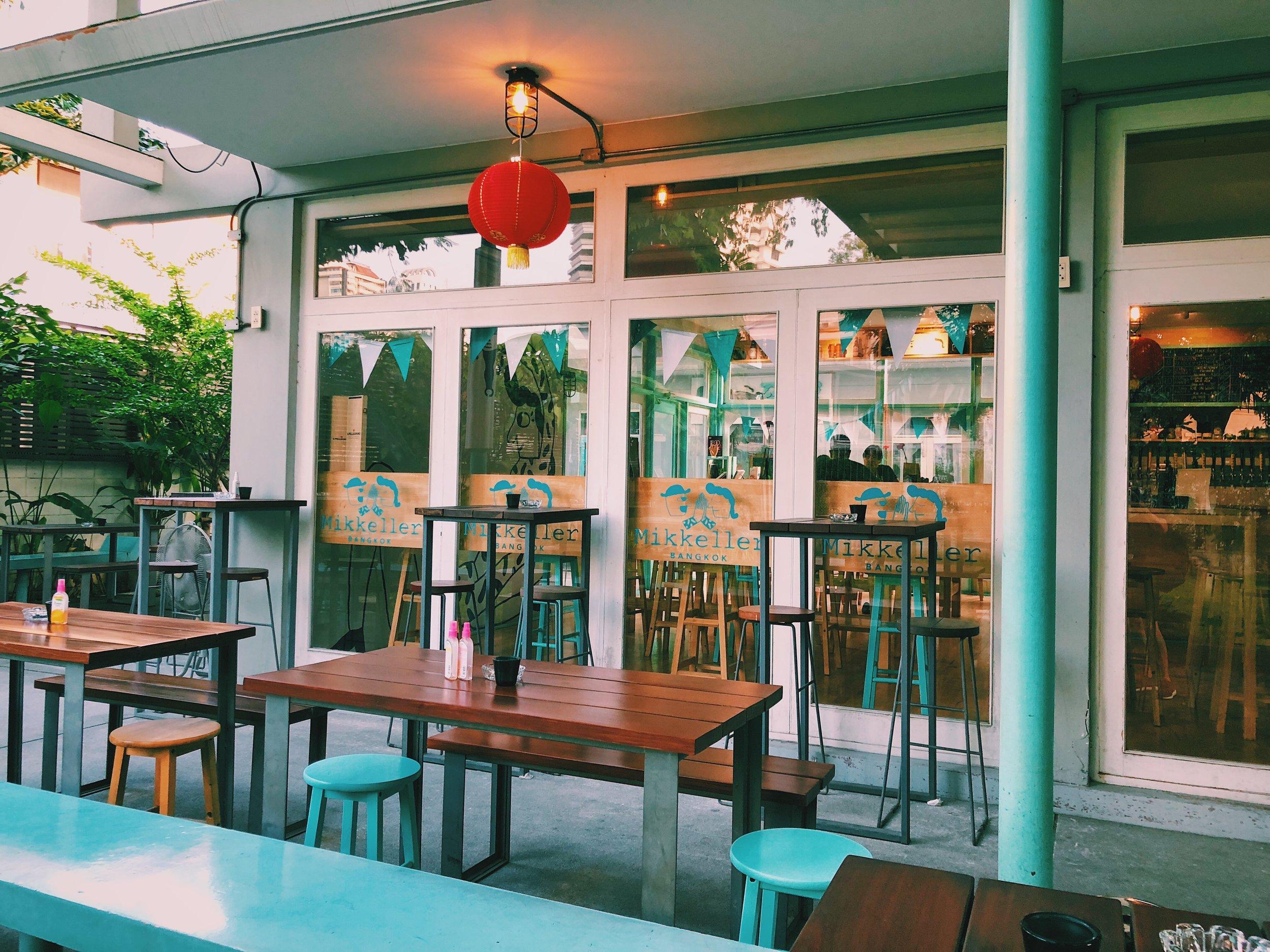 Une partie de la terrasse du Mikkeller Bar de Bangkok