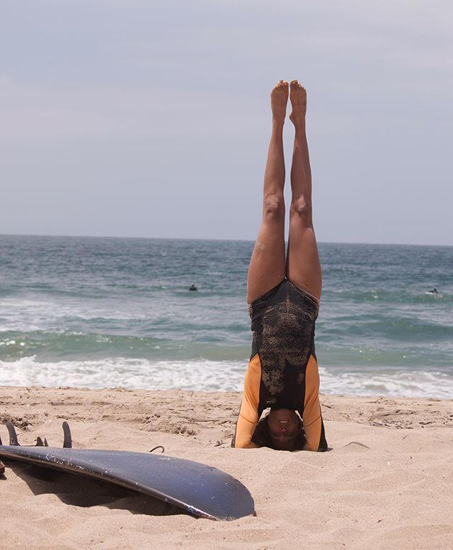 Salt and sand ✨ no better elixir ✨ I miss surfing a lot..it's the one activity that as soon as I'm in the water, I'm immediately gushing with the feeling of gratitude and being alive 🌊 . . . . . #protectouroceans #gratitude #yogisurfer #headstand #beachyogi #yogainstructor #manhattanbeach