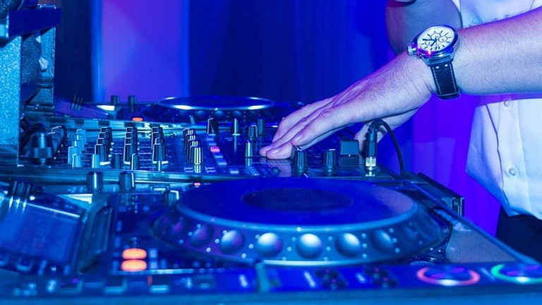 DJ in nightclub | © phio / Pixabay