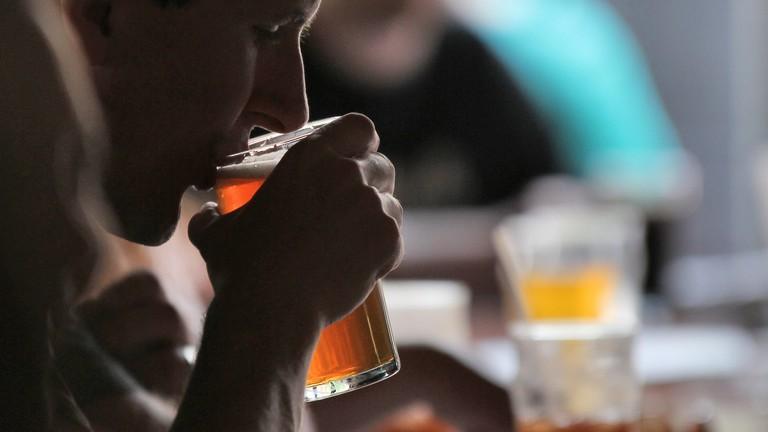 Man drinking beer | © Robert Mathews/Unsplash