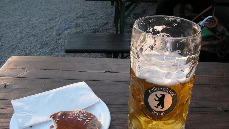 Beer and pretzel at Zollpackhof Biergarten | © Jan Keyser / Flickr