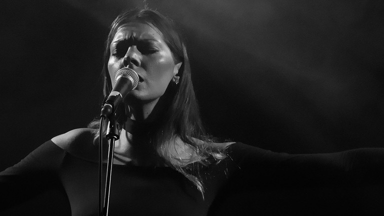 Rosie Lowe at Privatclub | © iZilla at flickR/ WikiCommons