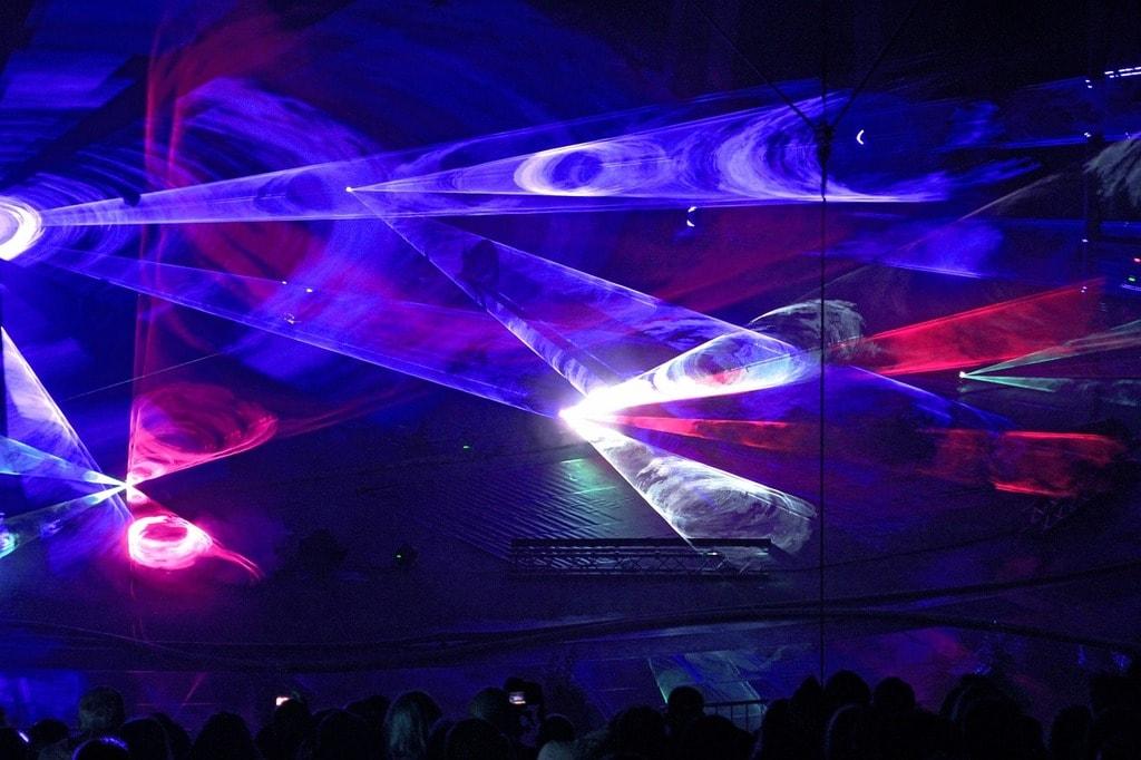 Club lights and music | © PixelAnarchy/Pixabay