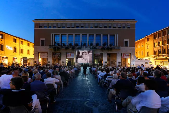 Rossini-Opera-Festival-5aabed361f4e1300375e4c1b.jpg